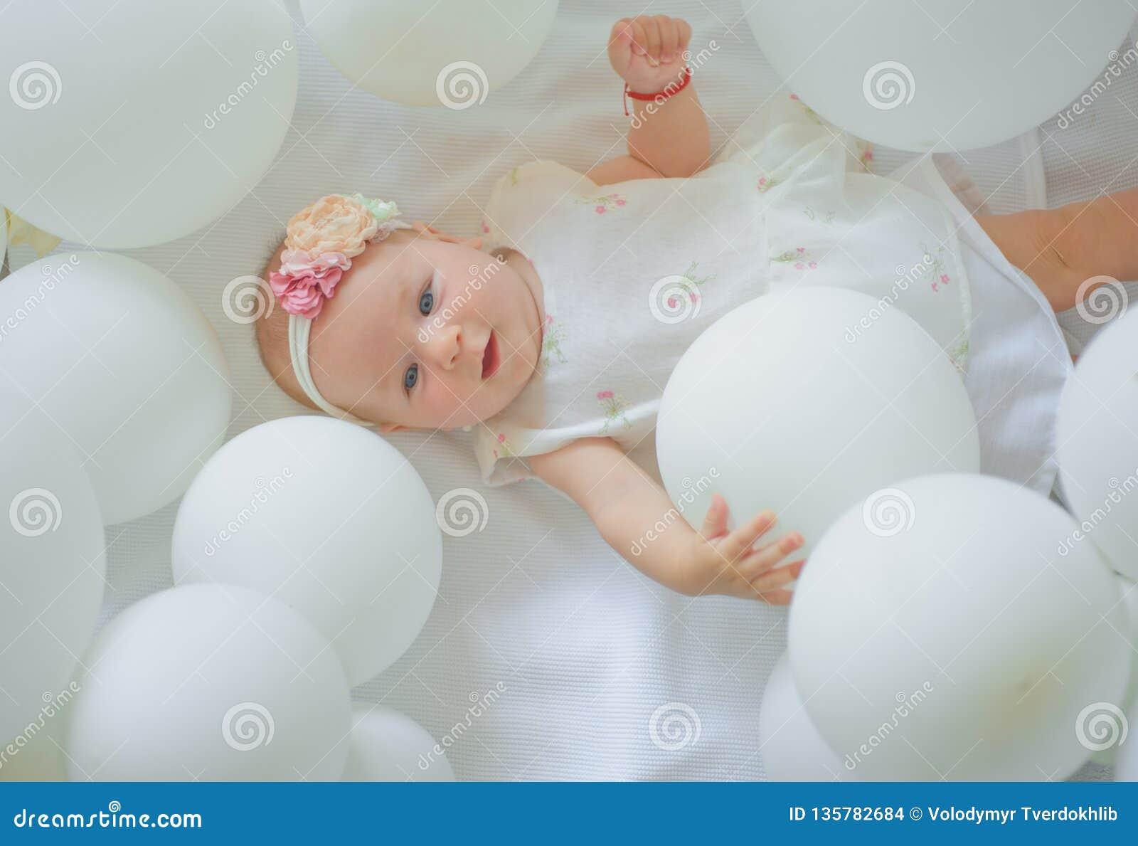 Leuk weinig baby Familie Kinderverzorging De Dag van kinderen Snoepje weinig baby Het nieuwe leven en geboorte Portret van gelukk