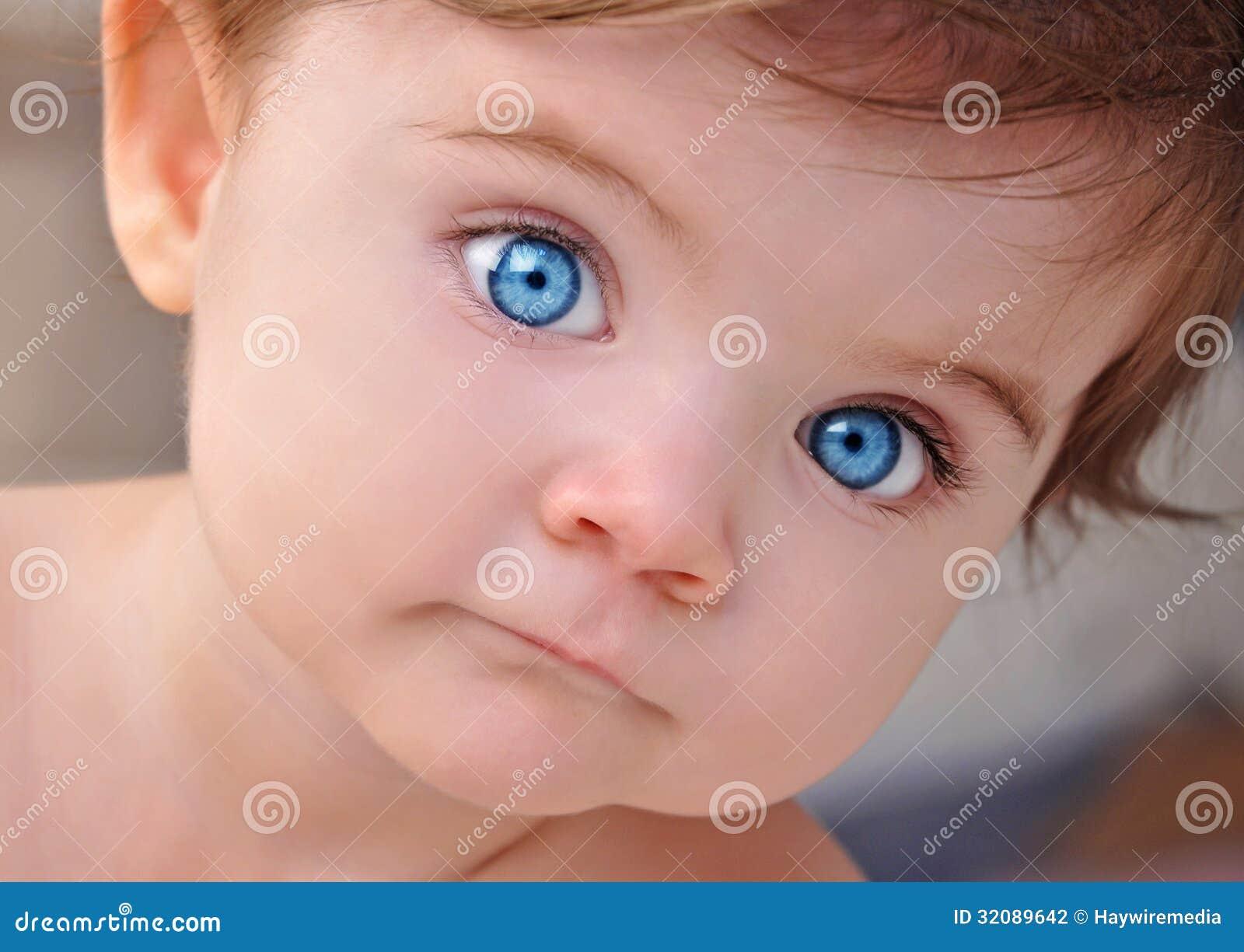 Leuk Weinig De Close-upportret Van Baby Blauw Ogen Stock