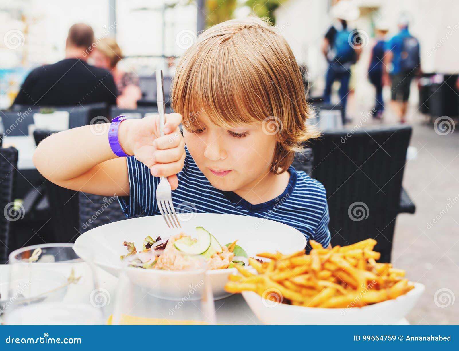 Leuk weinig jongen die lunch eten
