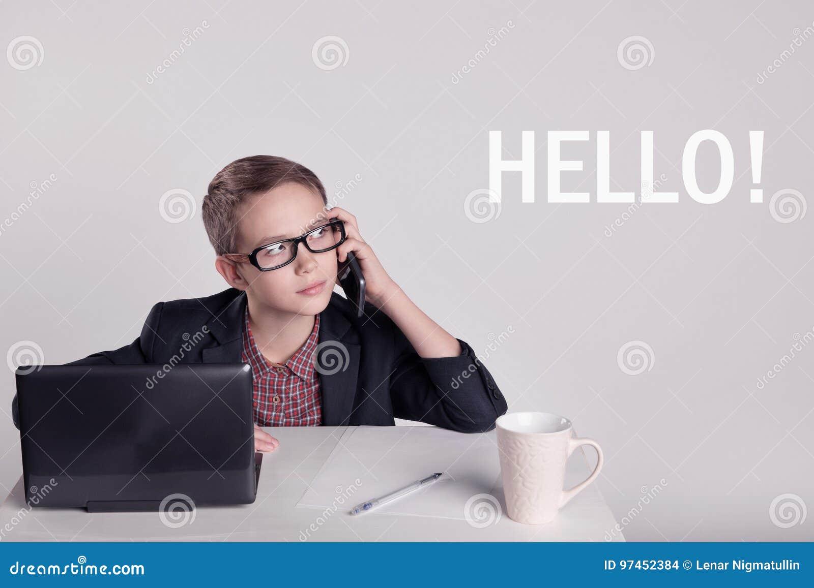 Leuk weinig jongen in een kostuum die op de telefoon spreken