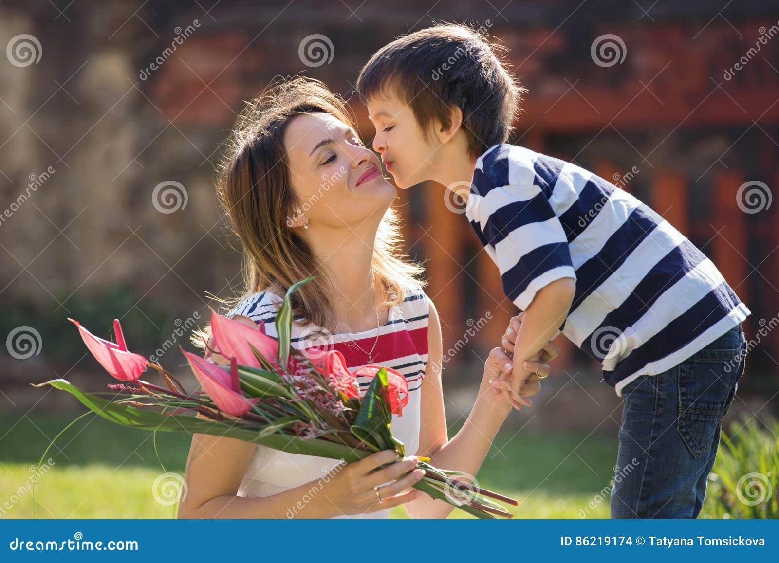 Leuk weinig jongen, geven huidig aan zijn mamma voor Moedersdag