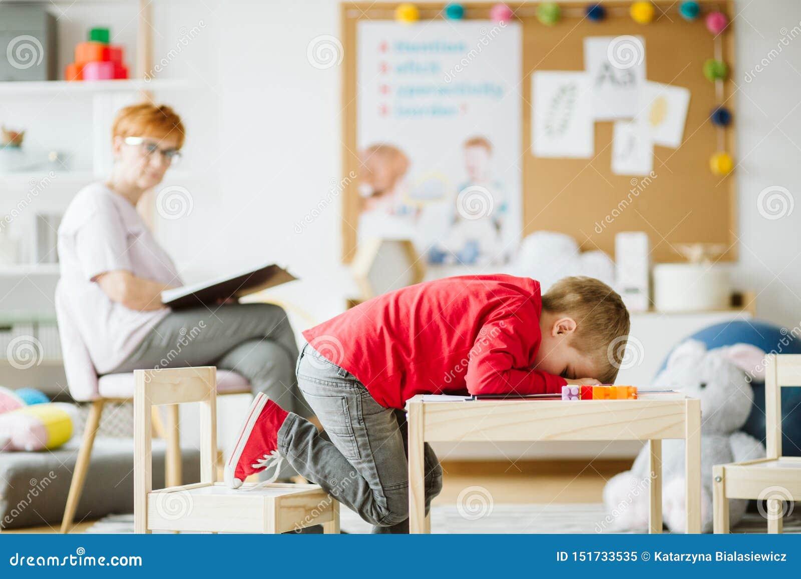 Leuk weinig jongen met ADHD tijdens zitting met professionele therapeut