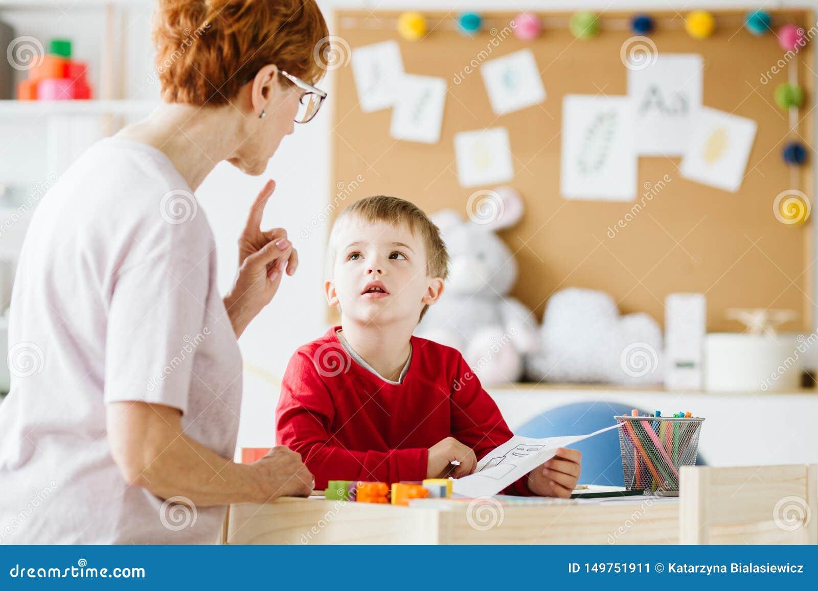 Leuk weinig jongen met problemen tijdens vergadering met therapeut