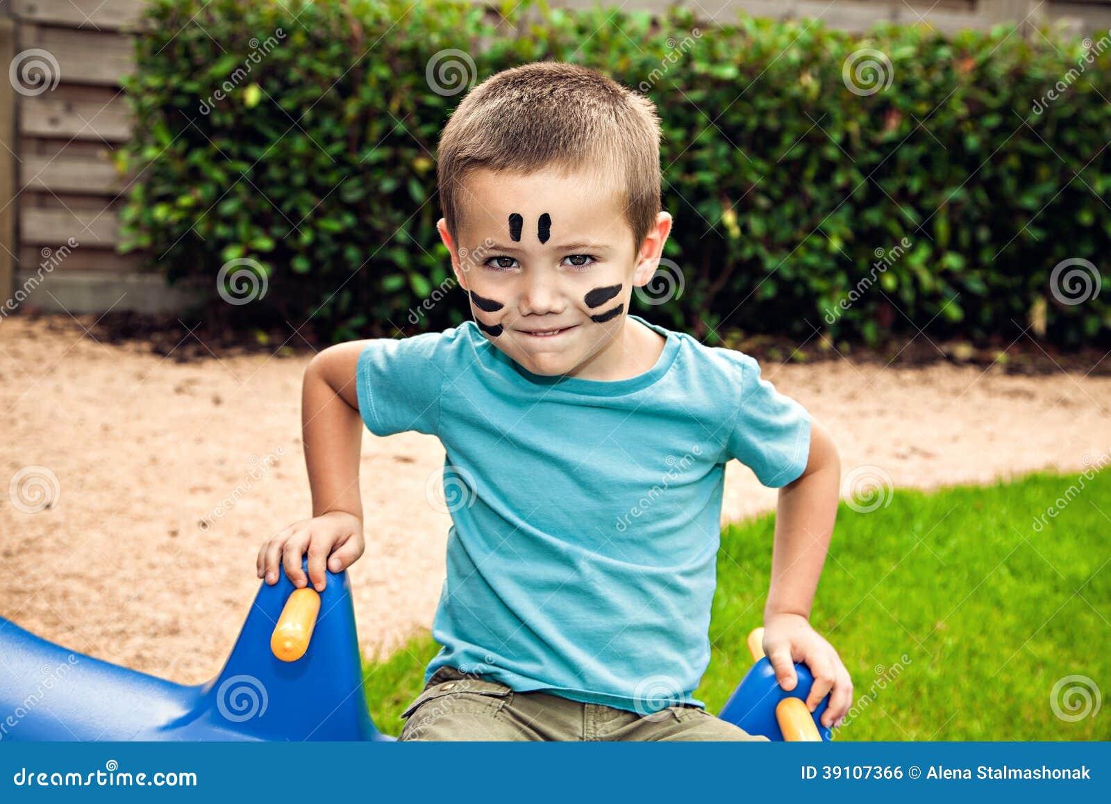 Leuk weinig jongenszitting op de schommeling