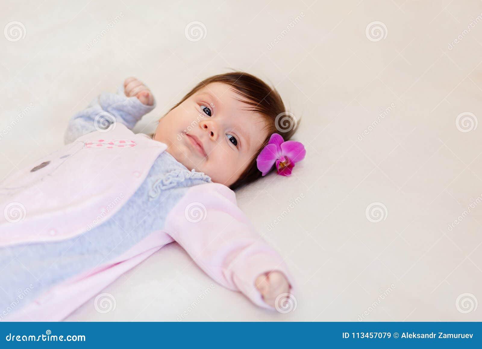 Leuk weinig kind met bloem in haar