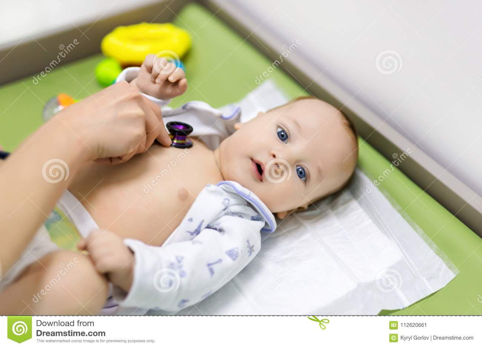 Leuke baby bij artsen` s kabinet Pediater die onderzoek van kind met stethoscoop maken Glimlachend gezond jong geitje Kinderen