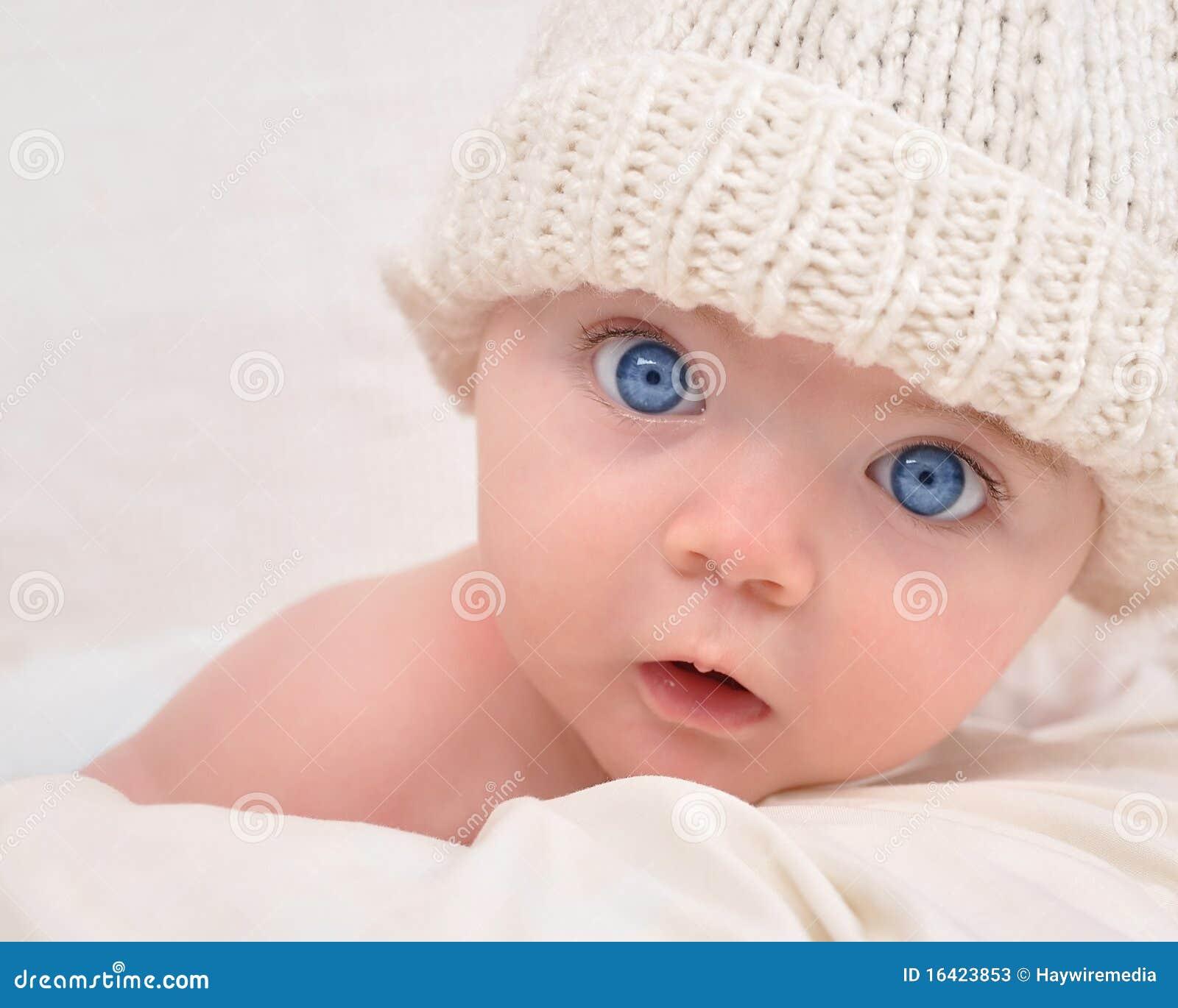 Leuke Baby die met Witte Hoed kijkt
