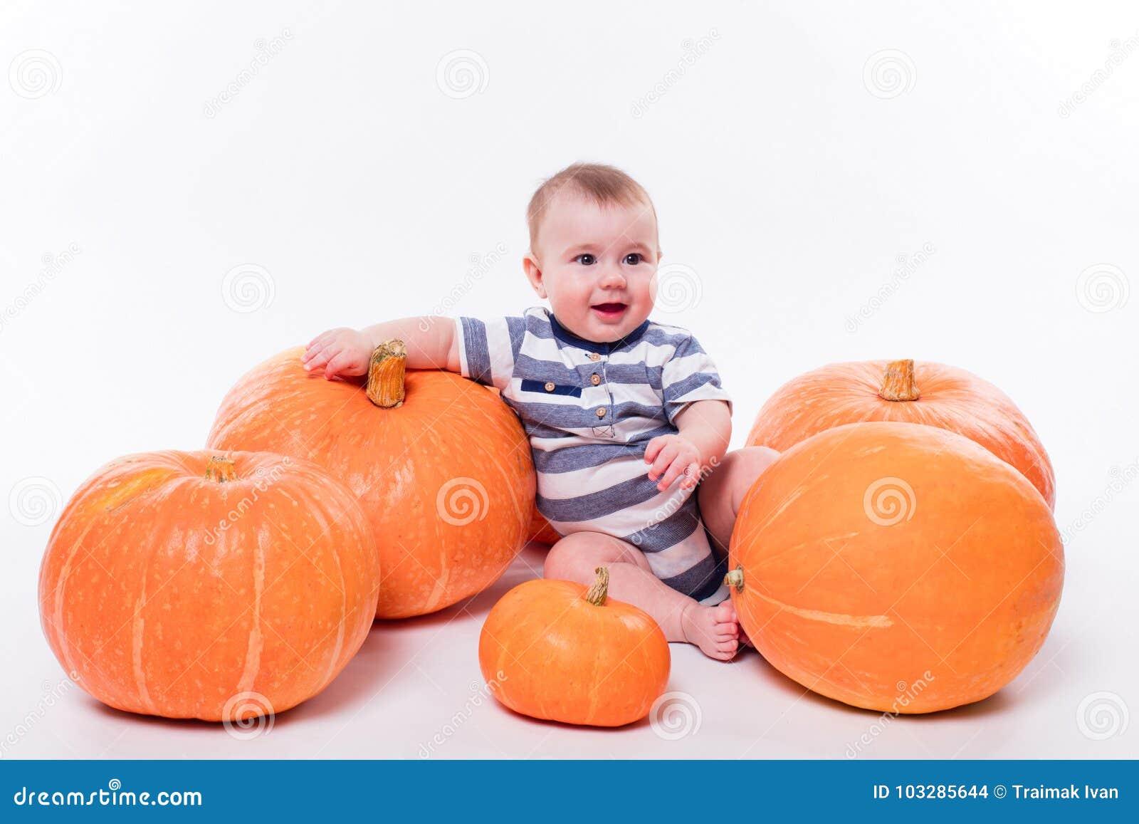 Leuke baby die op zijn maag op een witte achtergrond met inbegrip van p liggen
