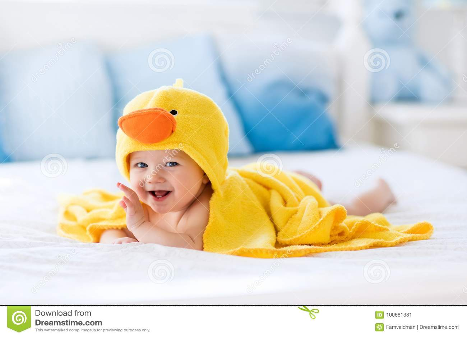 Leuke baby na bad in gele eendhanddoek
