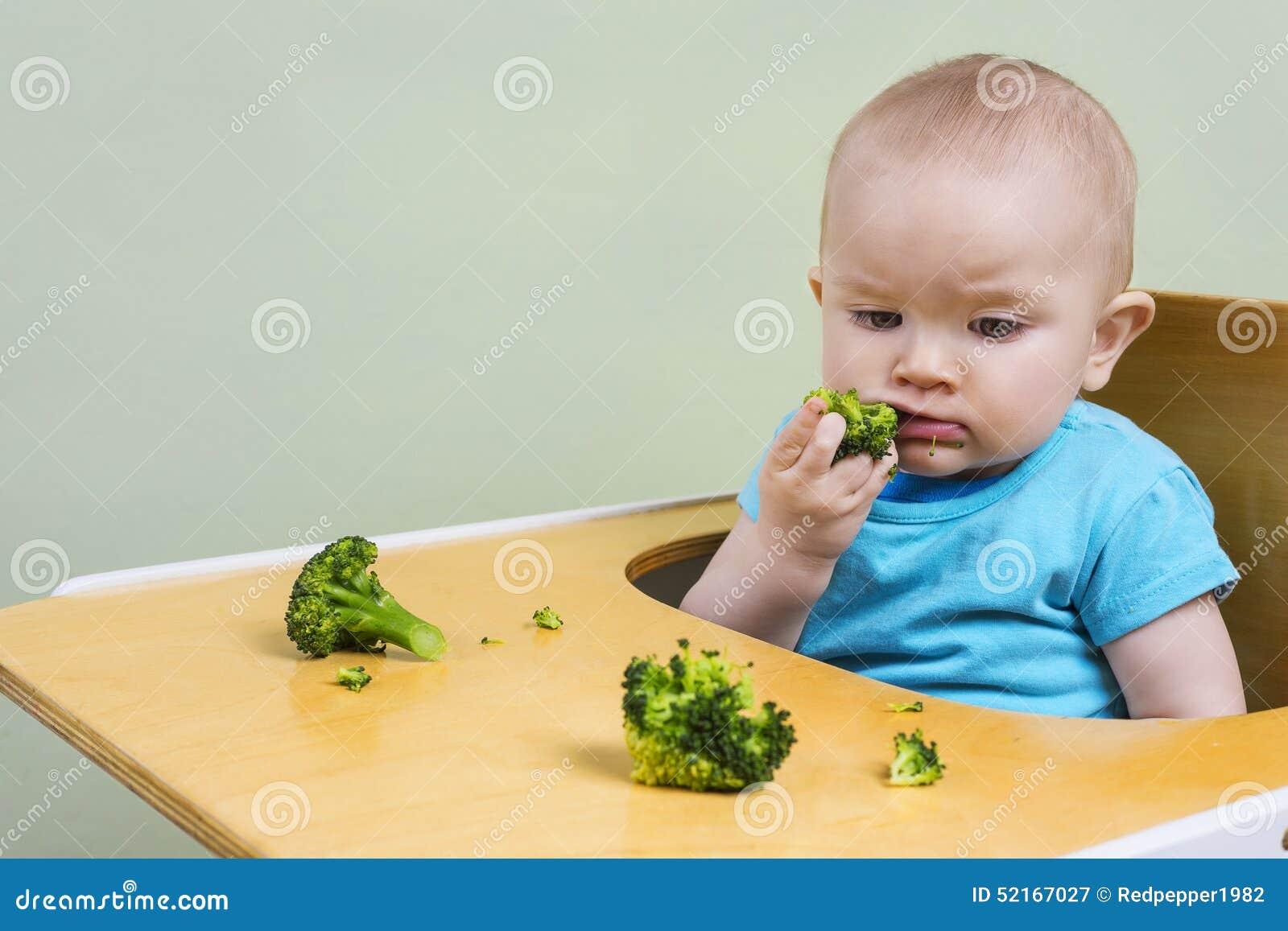 Leuke baby proevende broccoli