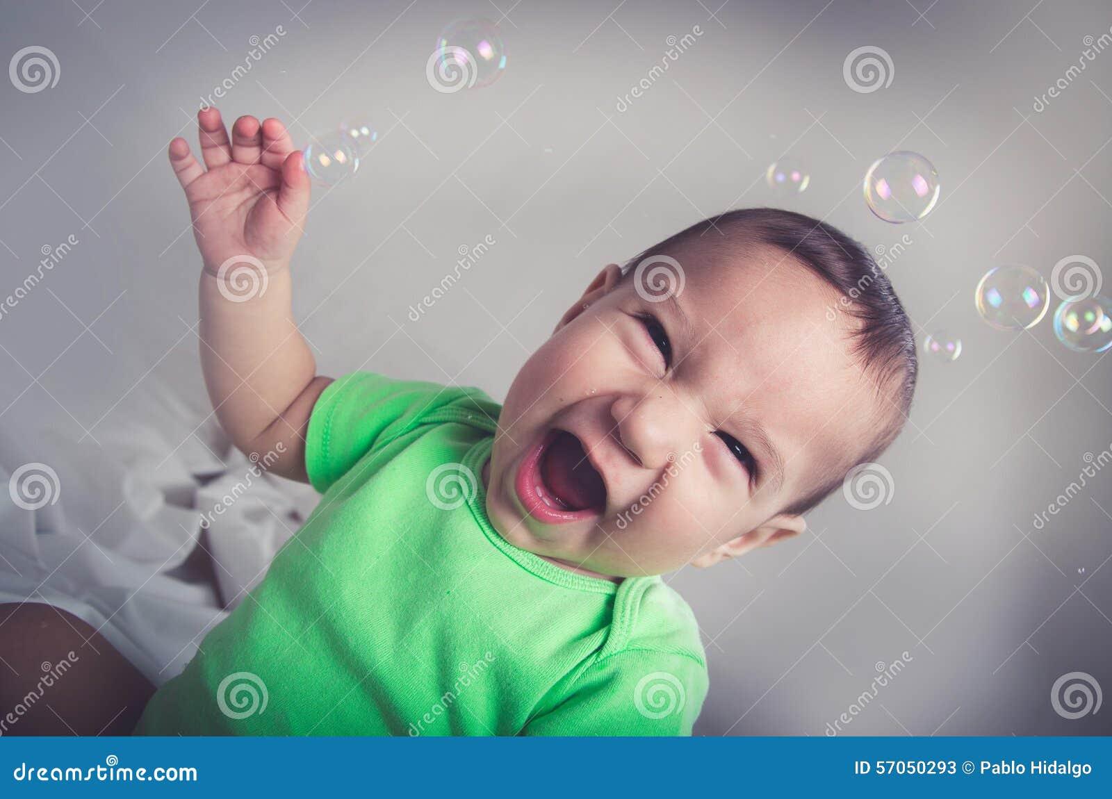 Leuke babyjongen die en pret met bellen spelen hebben