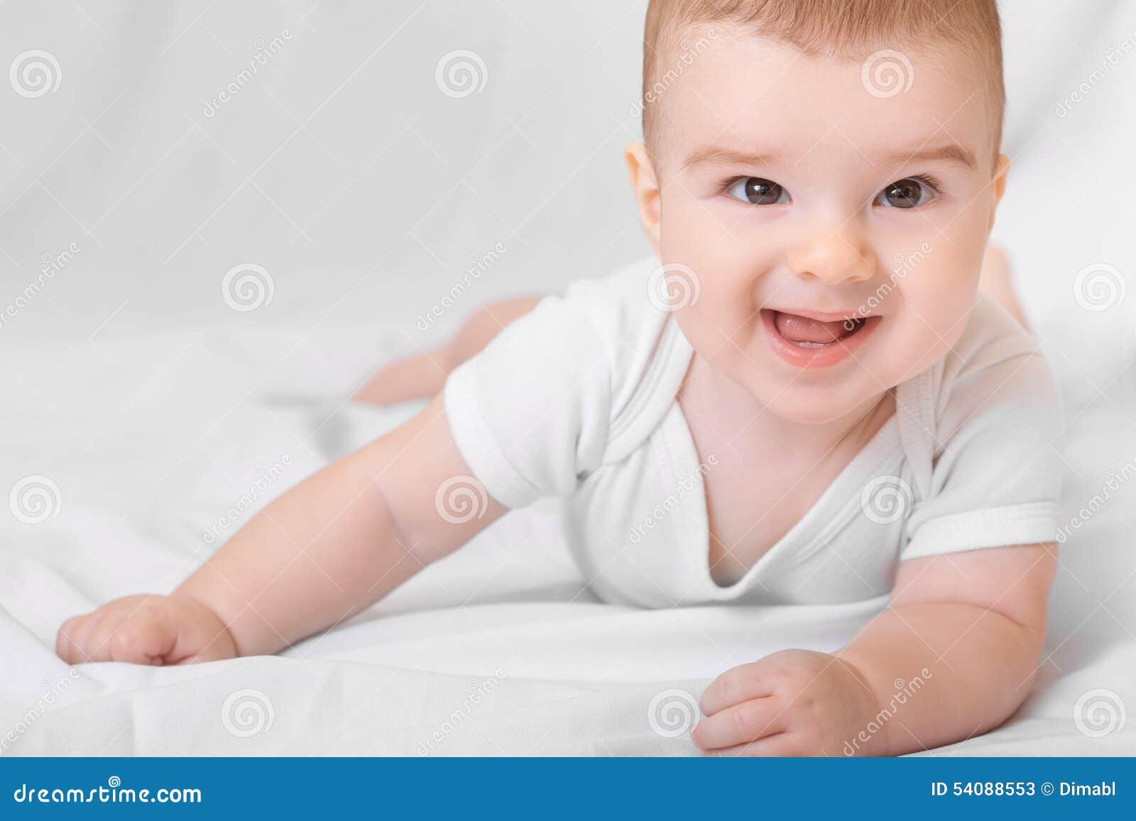 Leuke glimlachende babyjongen op witte achtergrond