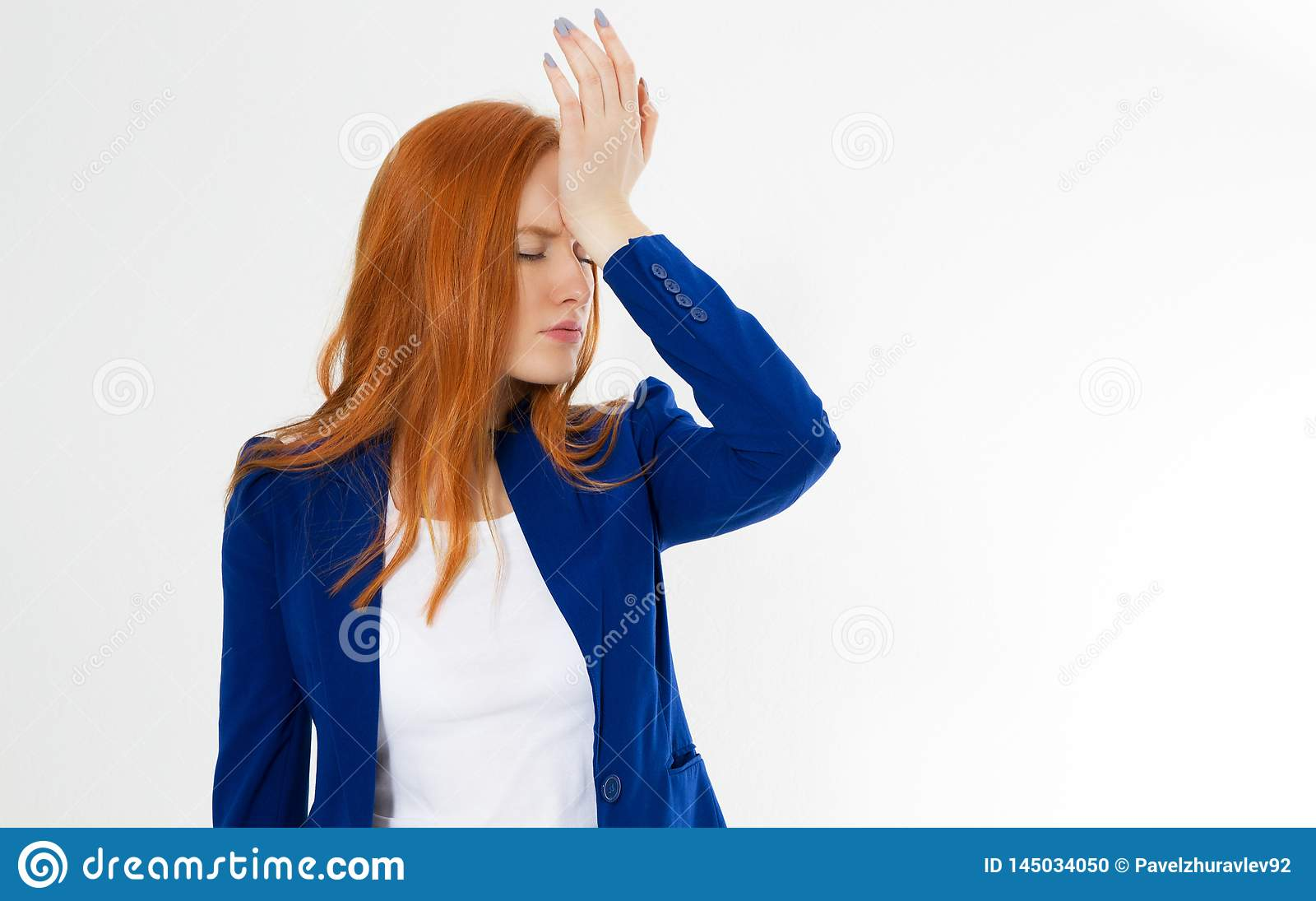 Leuke, jonge mooie rode hair woman do facepalm De hoofdpijn van het roodharigemeisje slaagde er niet in om bedrijfsgezichtspalm t