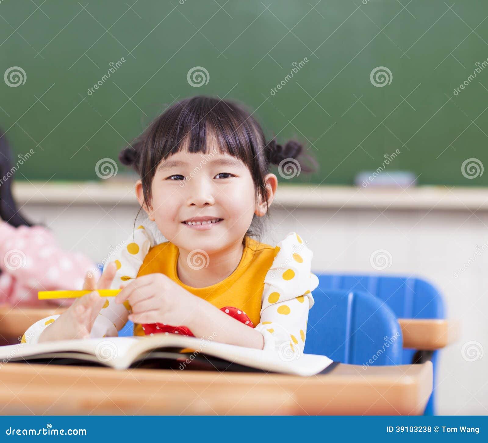 Leuke kinderen die in een klaslokaal bestuderen