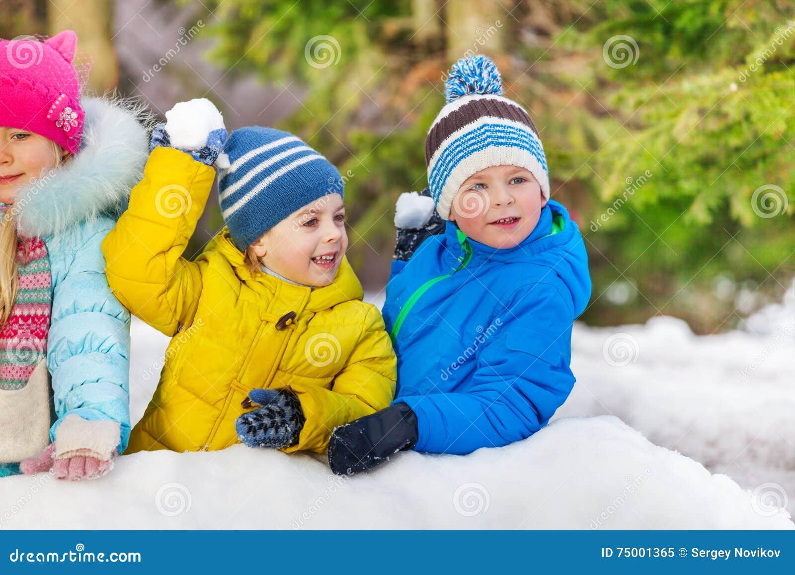 Leuke kleine de sneeuwbalstrijd van het jongensspel in park
