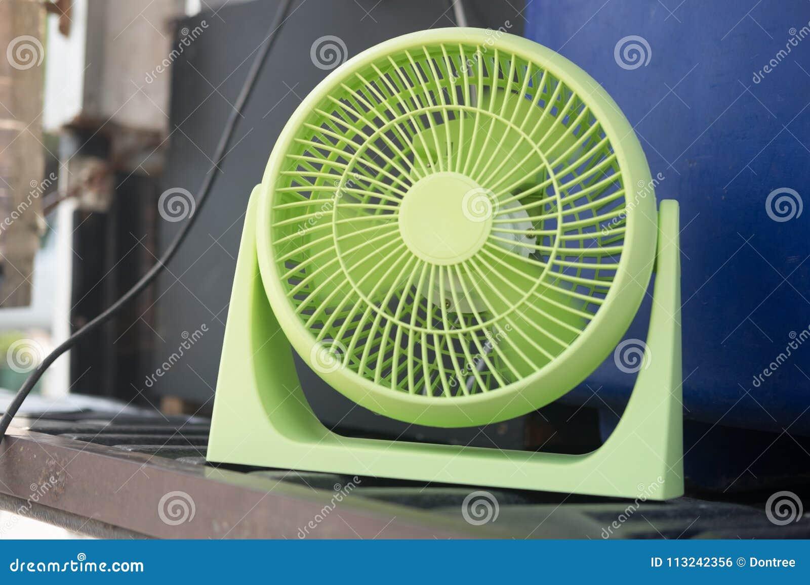 Leuke Ventilator Huis : Leuke kleine elektrische ventilator stock foto afbeelding