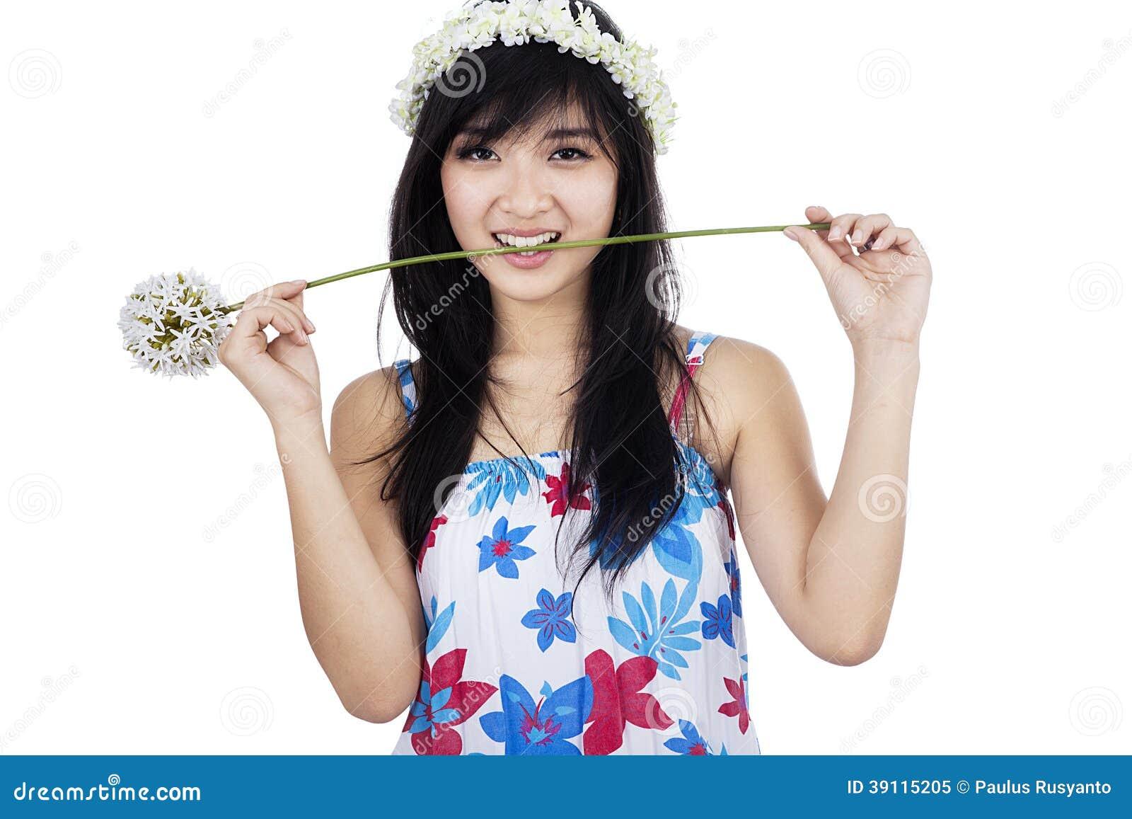 Leuke meisje het bijten geïsoleerde bloem