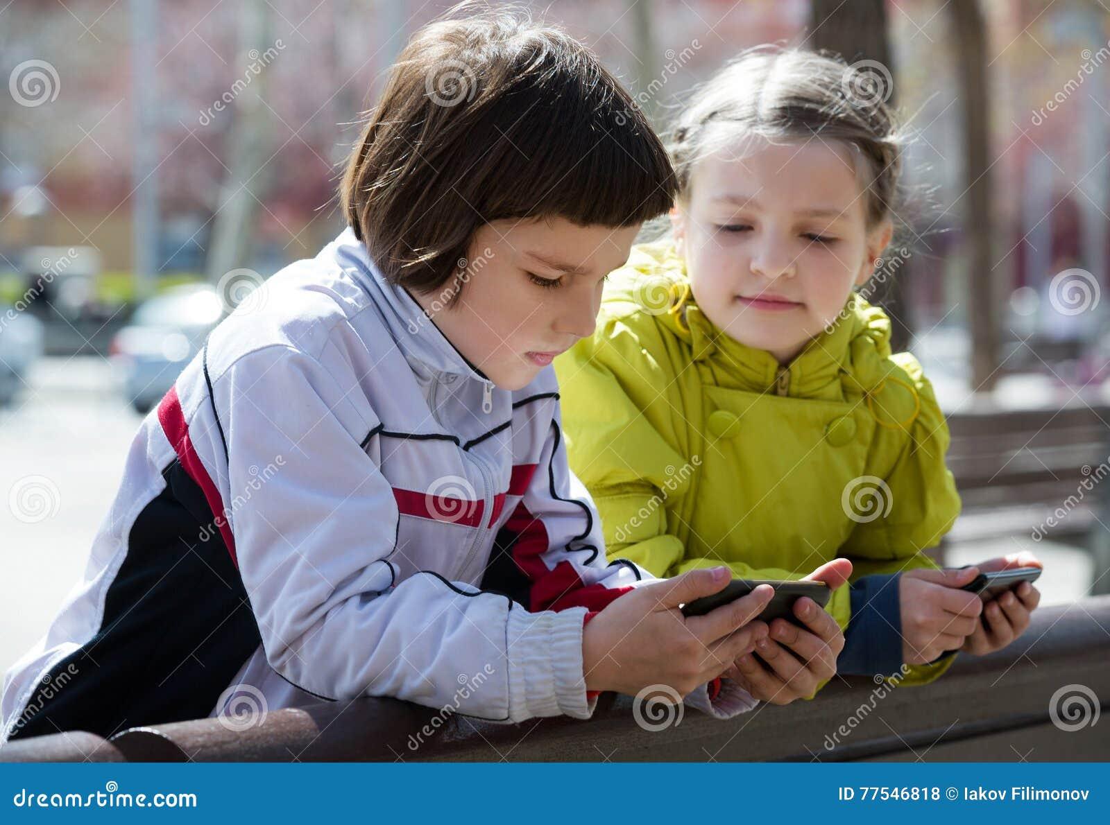 Leuke meisjes die met mobiles stellen