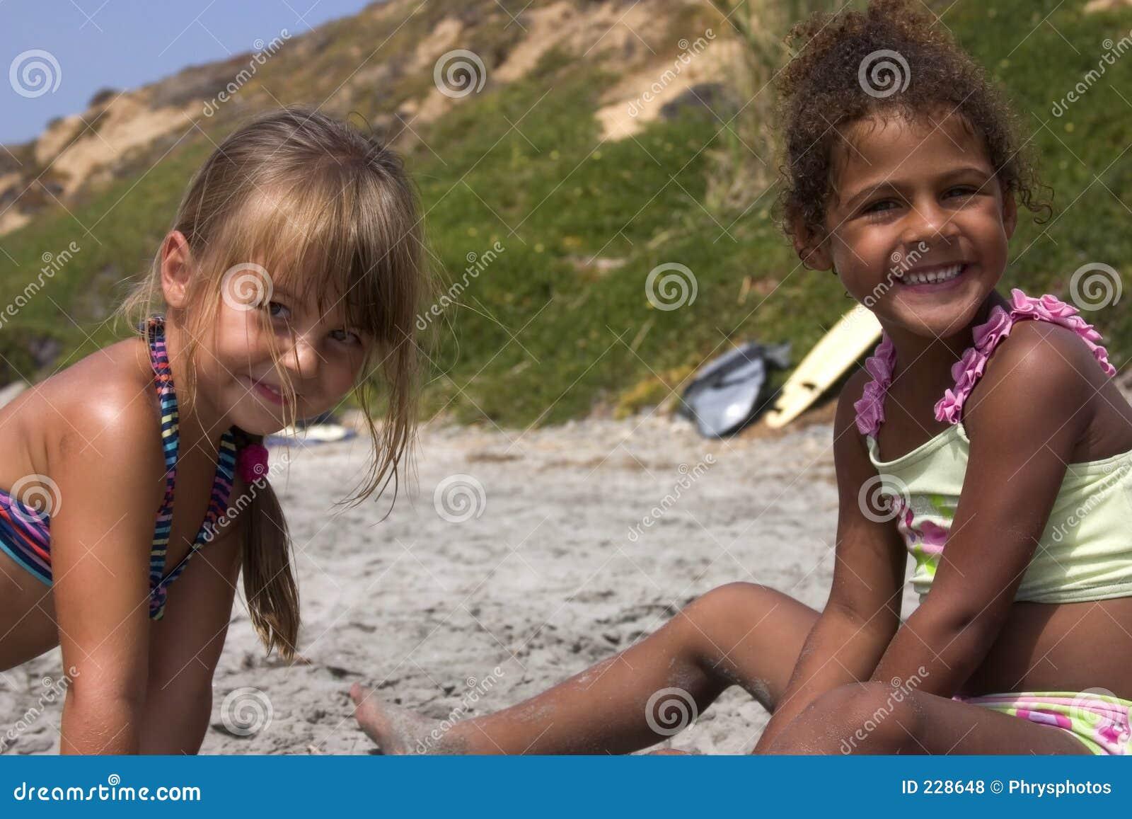 Leuke meisjes in het zand royalty vrije stock foto 39 s afbeelding 228648 - Foto tiener ruimte meisje ...