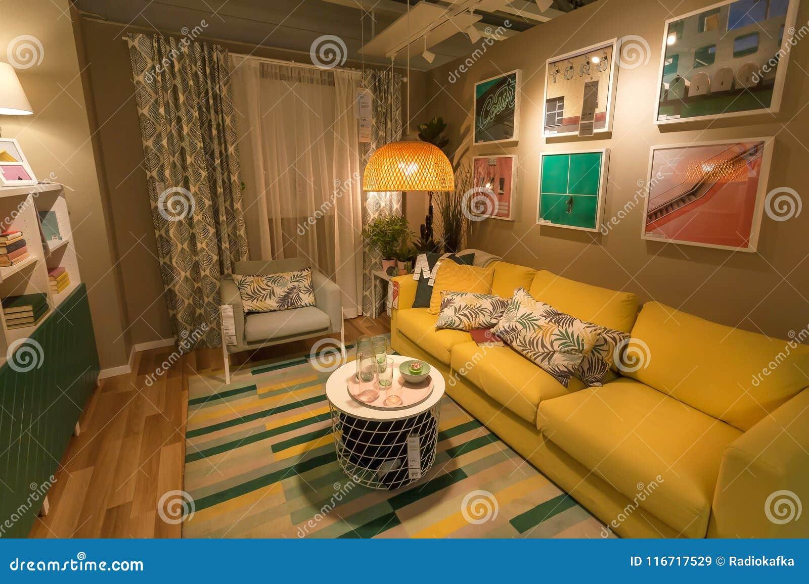 Leuke Moderne Woonkamer In Grote IKEA-opslag Met Bank, Meubilair ...