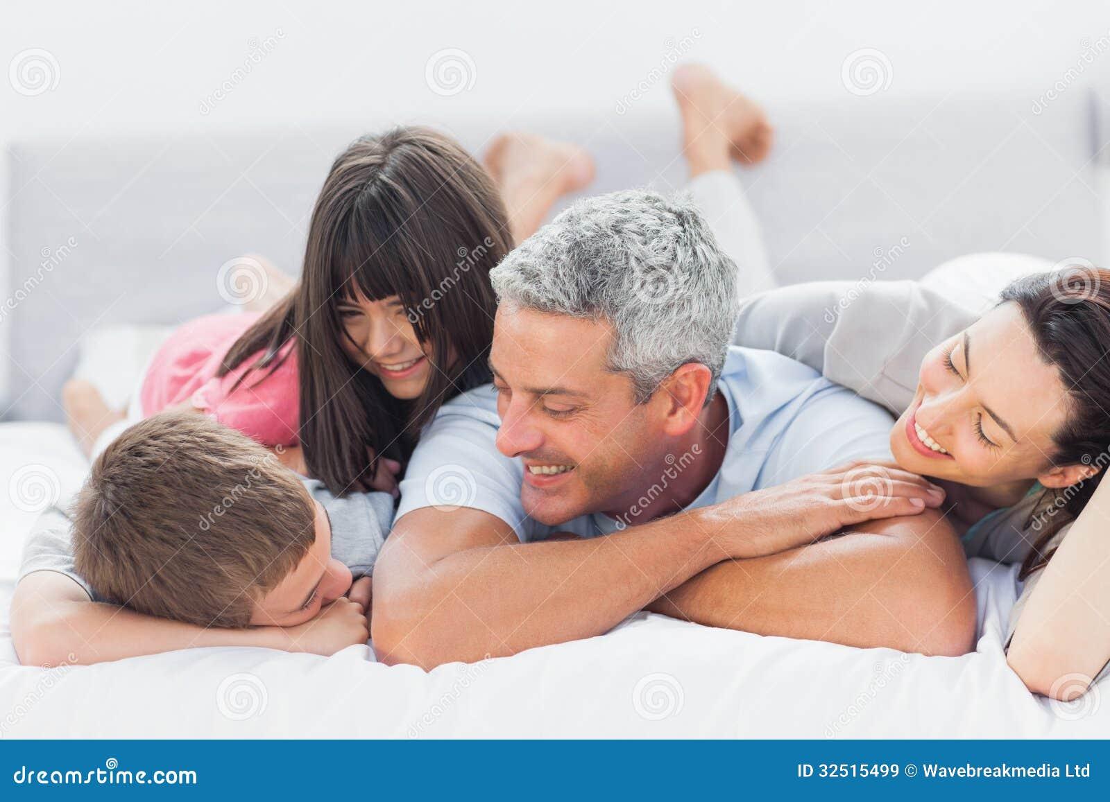 Leuke op bed liggen en familie die samen spreken