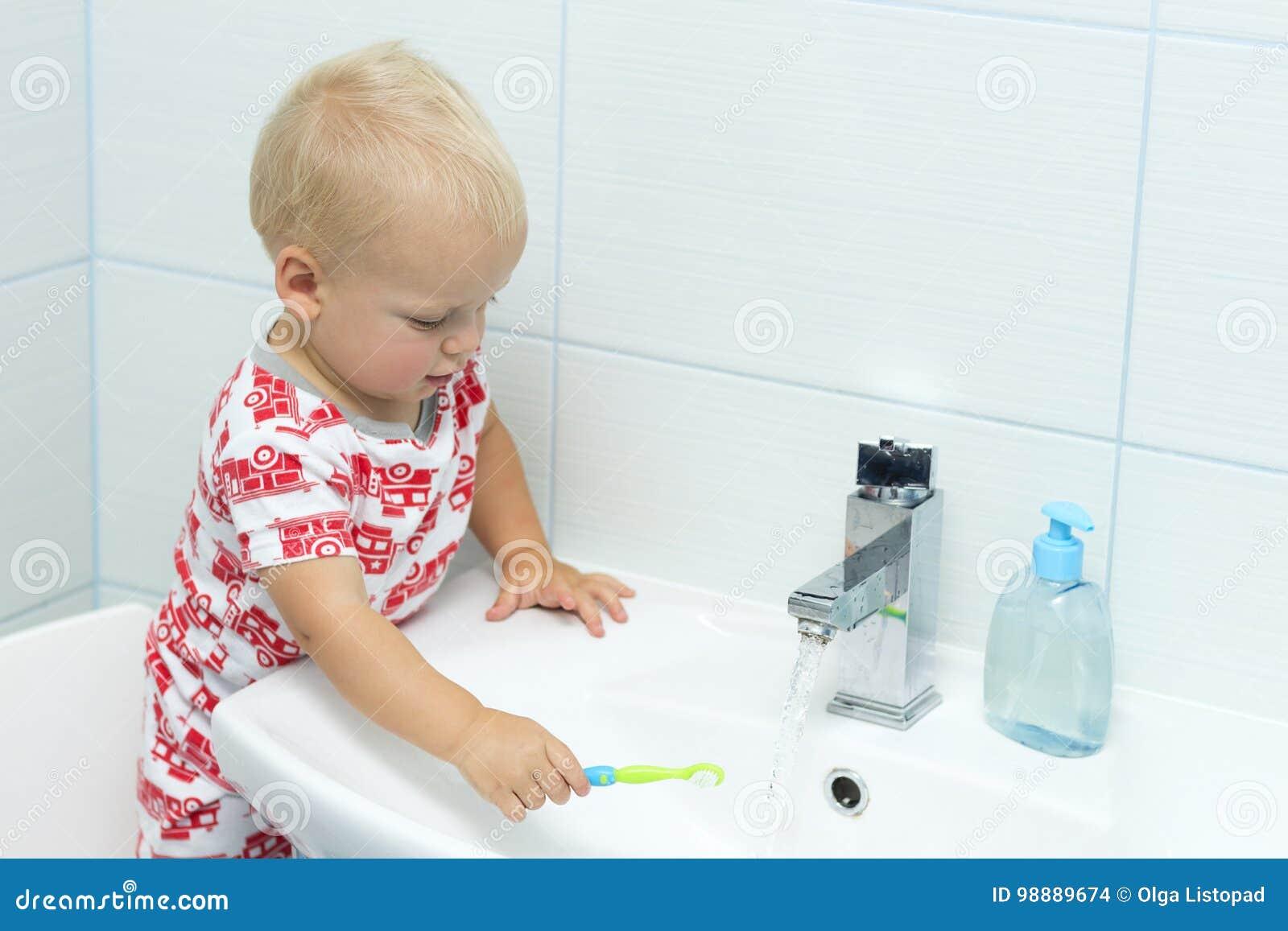 Leuke peuterjongen het borstelen tanden Tanden die, tandzorg schoonmaken de aanbiddelijke was van de babyjongen omhoog
