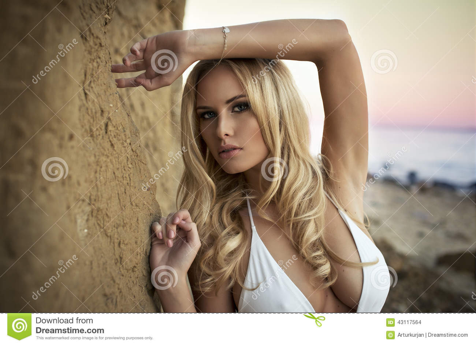 Leuke sexy blonde vrouw