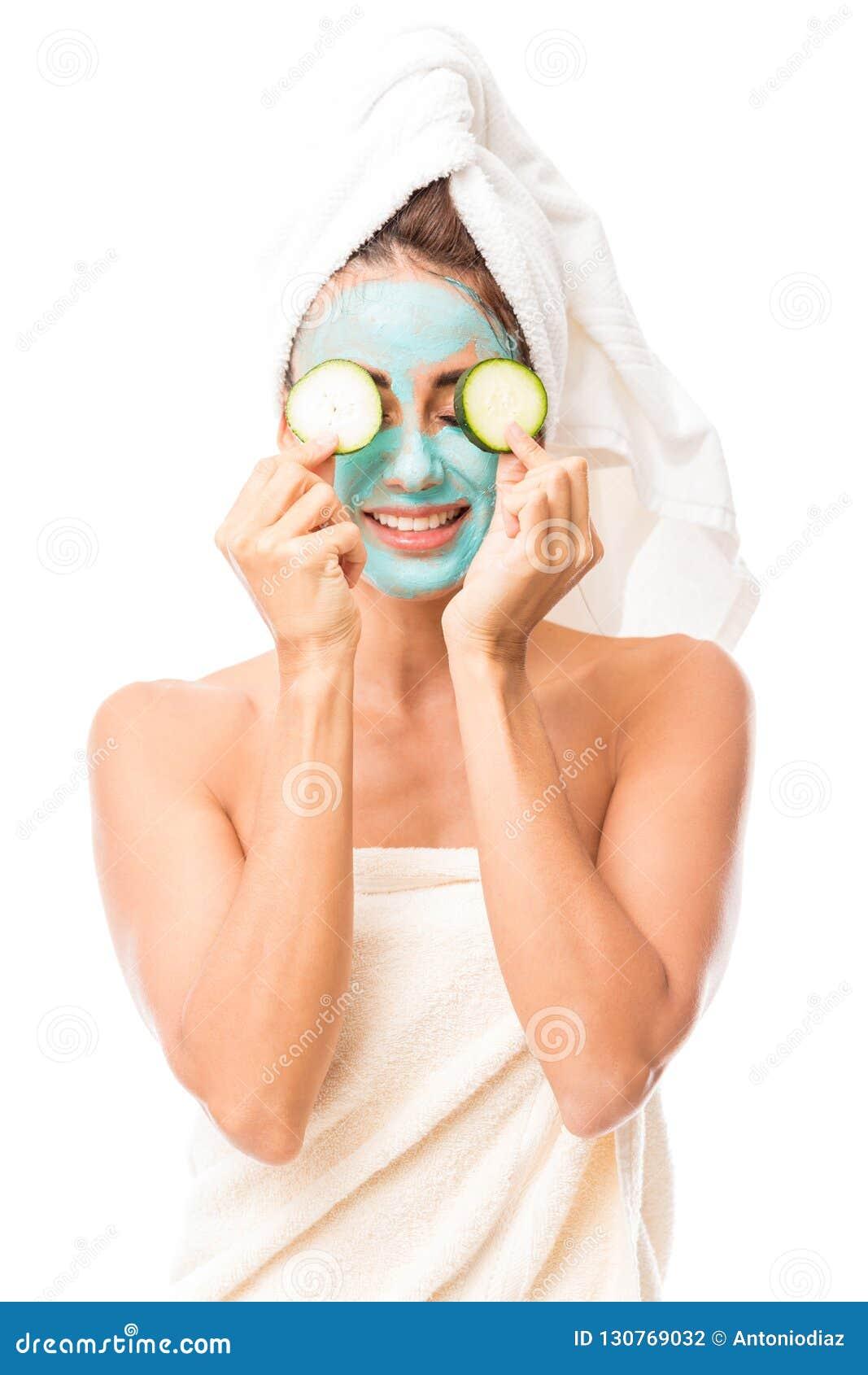 Leuke Spaanse vrouw met een gezichtsmasker