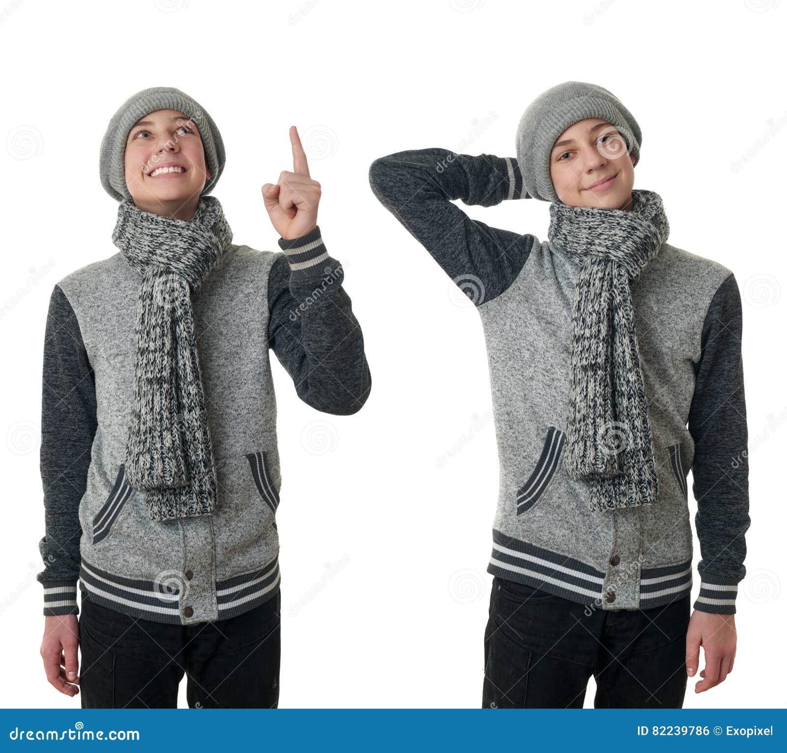 Leuke tienerjongen in grijze sweater over wit geïsoleerde achtergrond