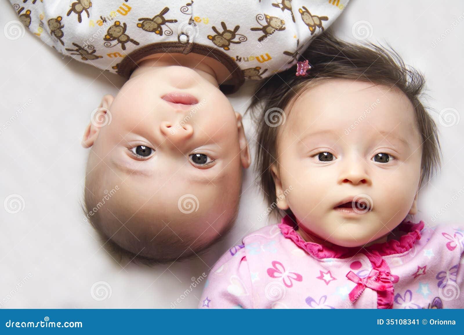 Leuke tweelingen een jongen en een meisje stock afbeelding afbeelding 35108341 - Twee meisjes en een jongen ...