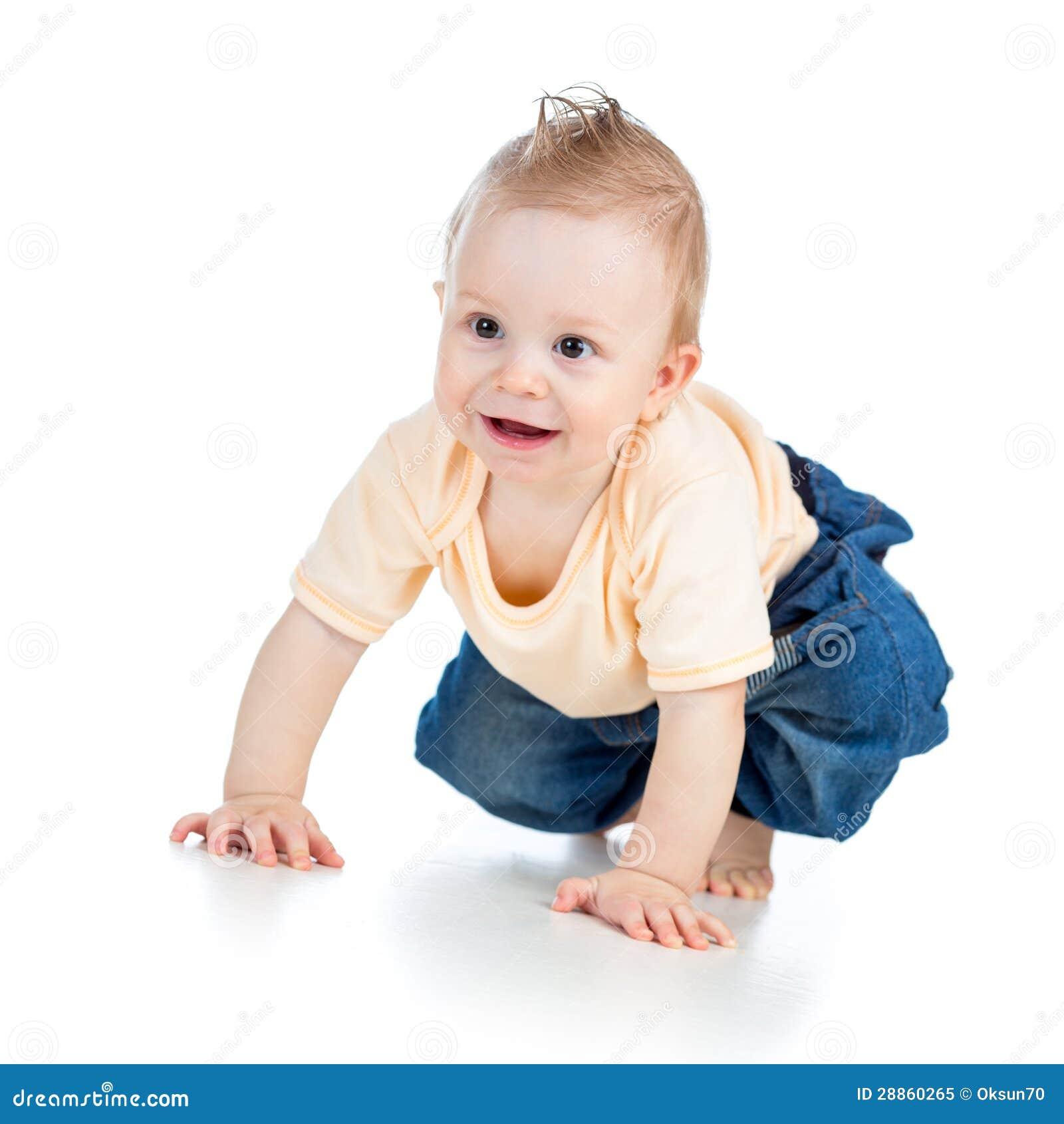 Leuke vrolijke kruipende babyjongen op wit
