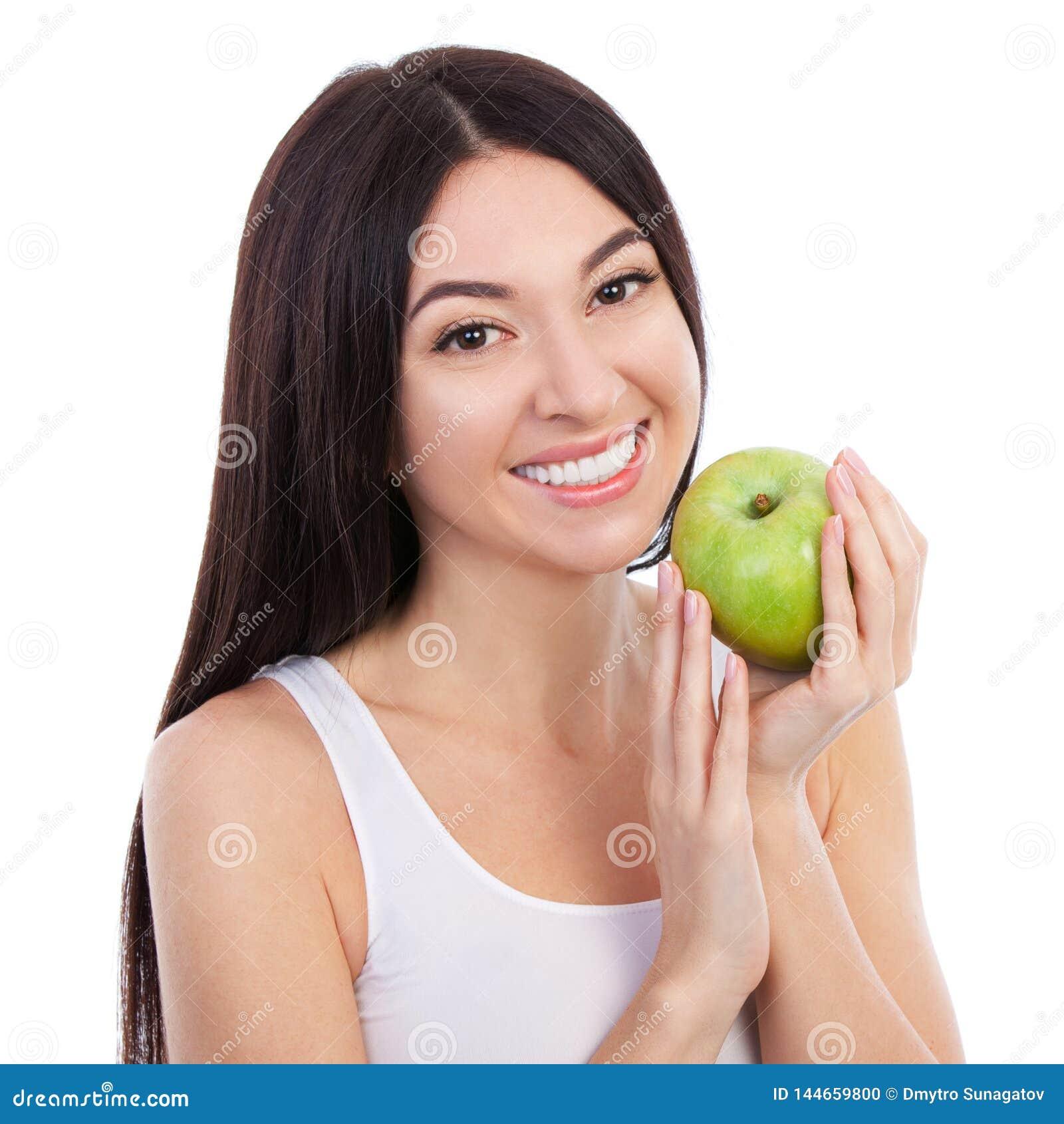 Leuke vrouw met mooie sneeuwwitte glimlach die groene appel houden Gezonde levensstijl en voeding, het op dieet zijn, gewichtsver