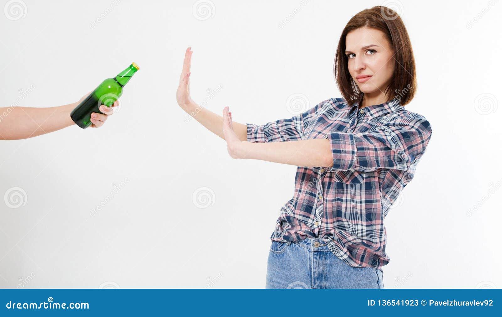 Leuke vrouw verworpen alcoholfles, vrouwelijk alcoholismeconcept