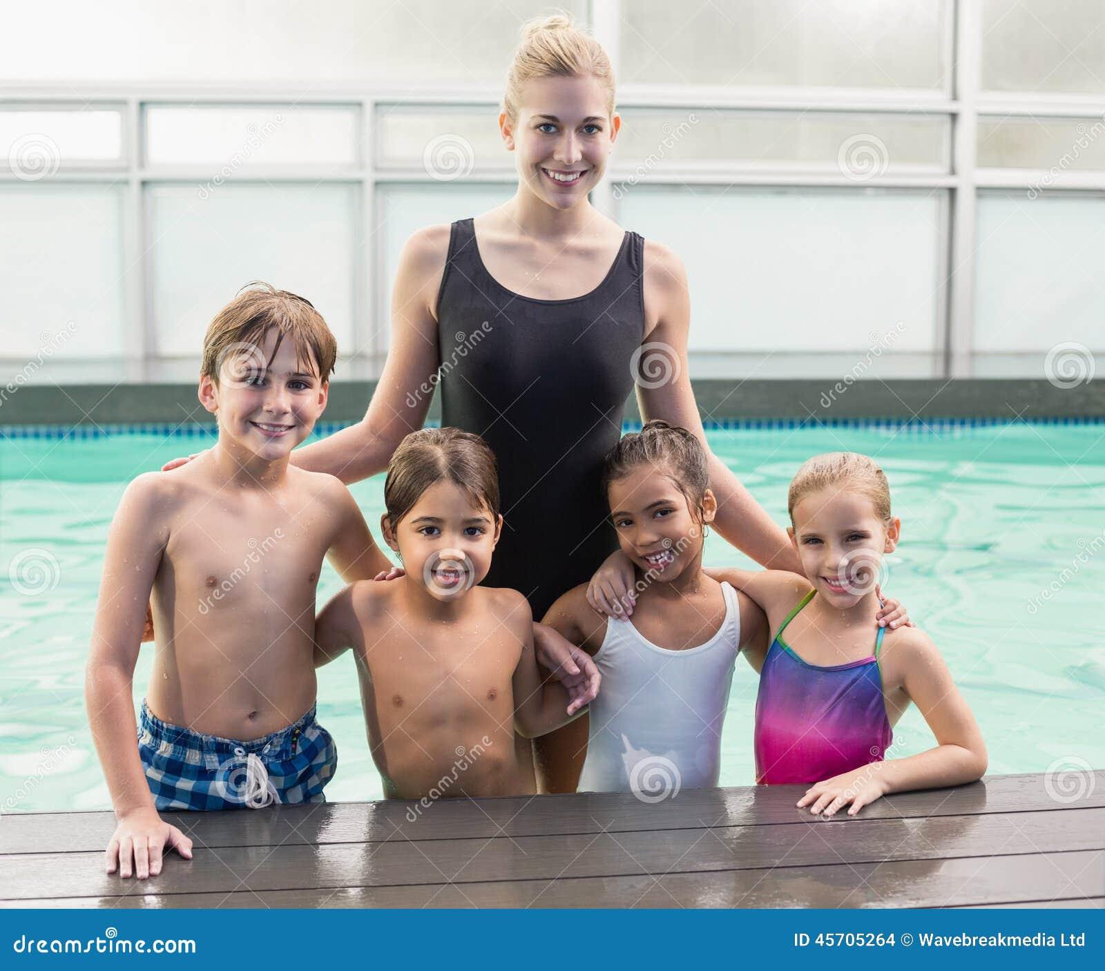 Leuke zwemmende klasse in pool met bus