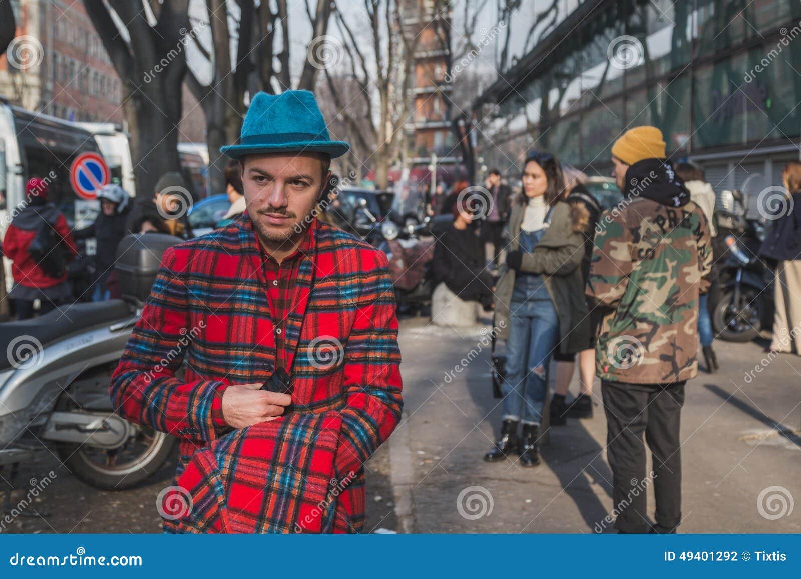 Download Leute Außerhalb Des Armani-Modeschaugebäudes Für Milan Mens Mode-Woche 2015 Redaktionelles Stockfotografie - Bild von kleid, ansammlung: 49401292