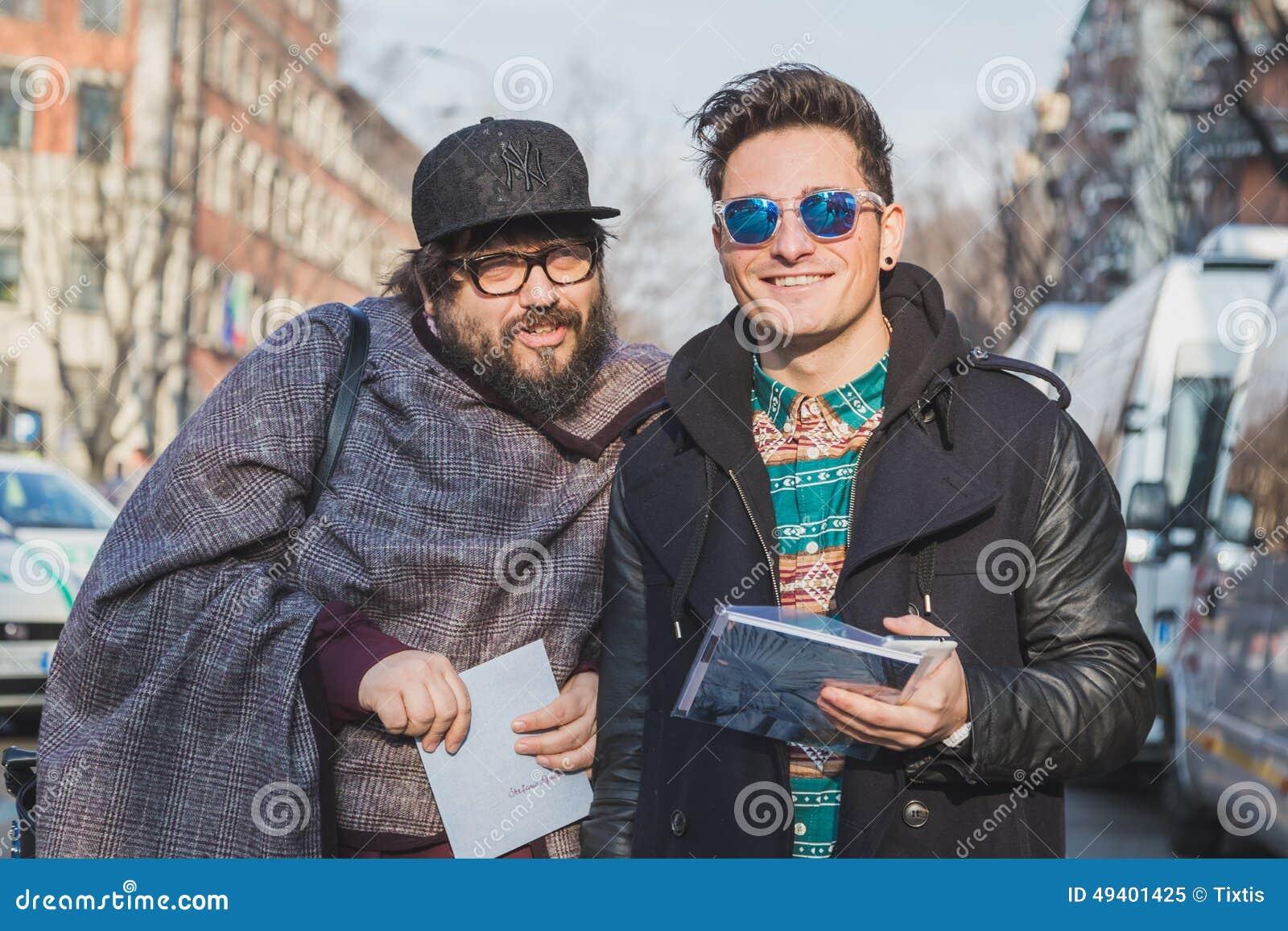 Download Leute Außerhalb Des Armani-Modeschaugebäudes Für Milan Mens Mode-Woche 2015 Redaktionelles Bild - Bild von baumuster, männer: 49401425