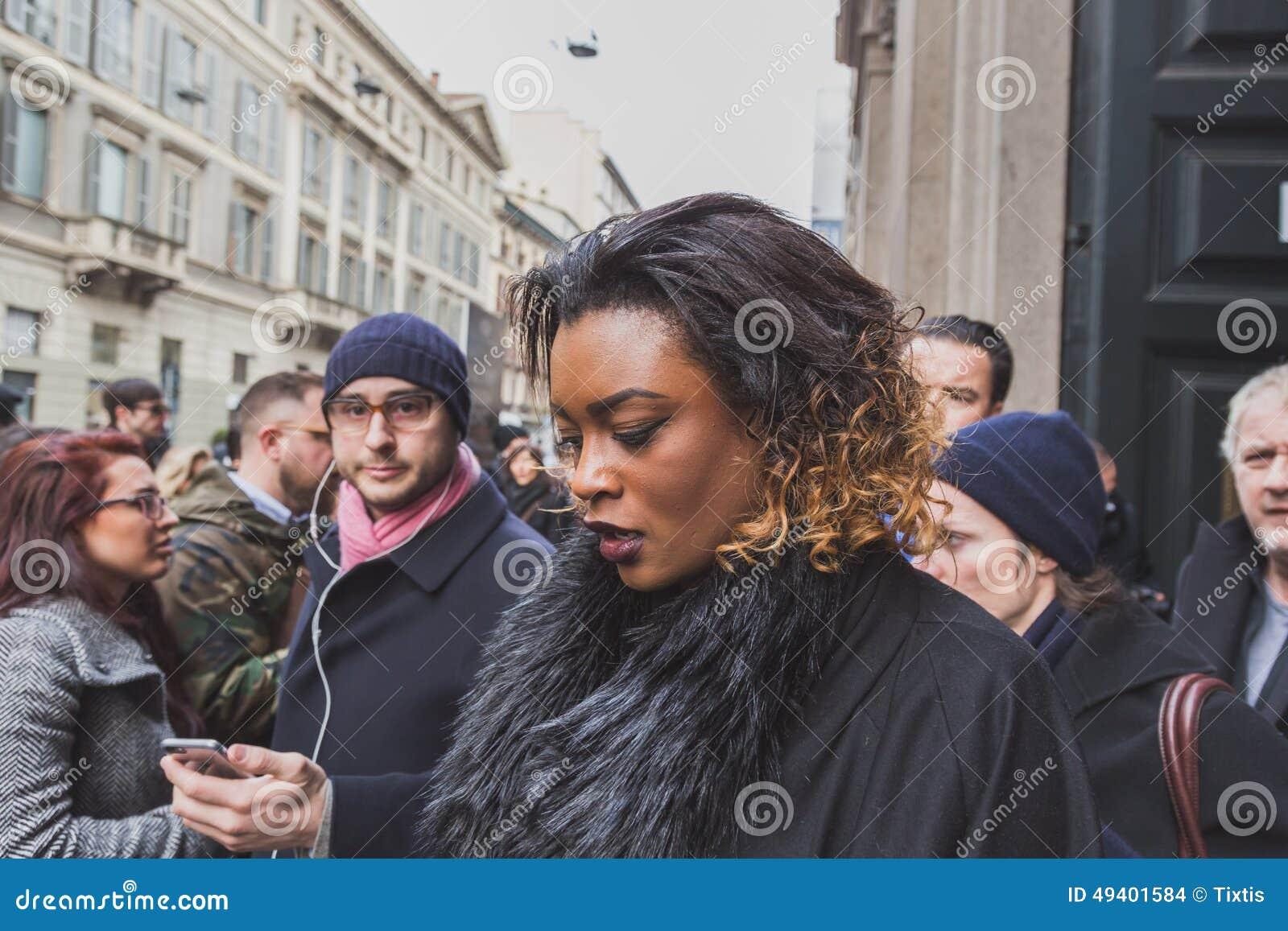 Download Leute Außerhalb Des Cavalli-Modeschaugebäudes Für Milan Mens Mode-Woche 2015 Redaktionelles Stockbild - Bild von outdoor, glam: 49401584