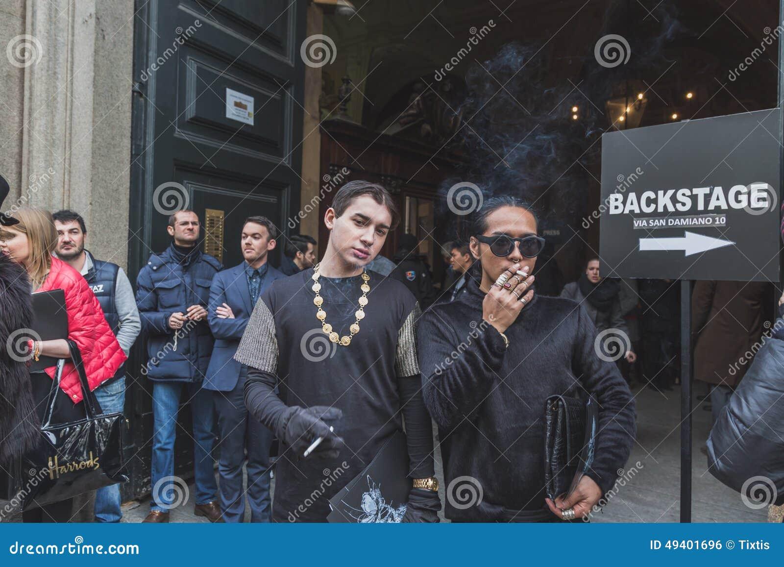 Download Leute Außerhalb Des Cavalli-Modeschaugebäudes Für Milan Mens Mode-Woche 2015 Redaktionelles Foto - Bild von couture, fotographie: 49401696