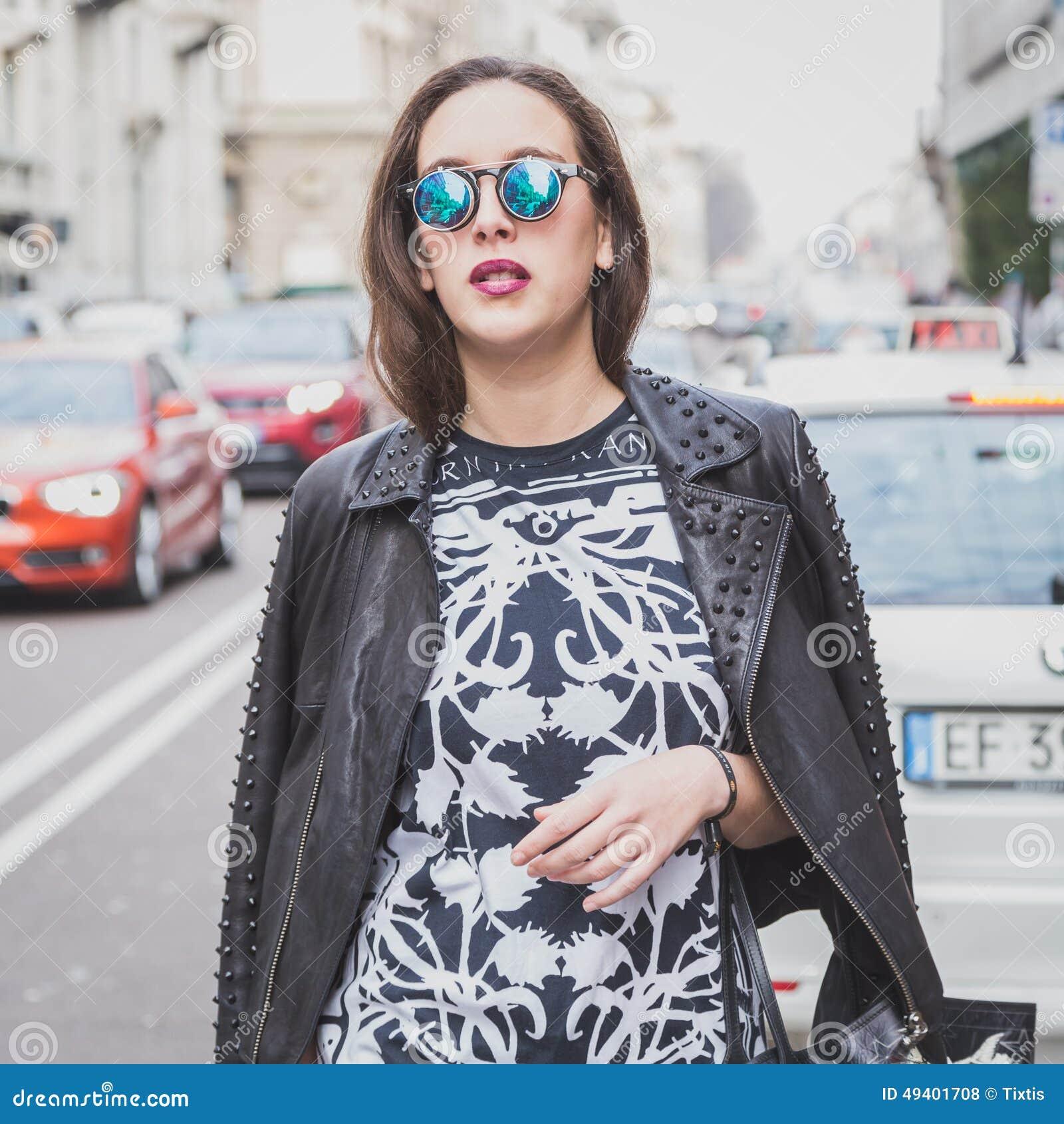 Download Leute Außerhalb Des Cavalli-Modeschaugebäudes Für Milan Mens Mode-Woche 2015 Redaktionelles Stockfoto - Bild von phantasie, redaktionell: 49401708