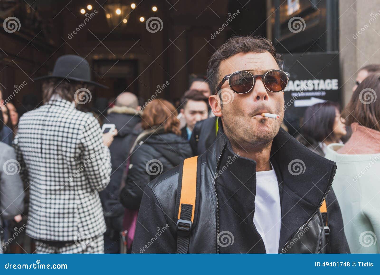 Download Leute Außerhalb Des Cavalli-Modeschaugebäudes Für Milan Mens Mode-Woche 2015 Redaktionelles Stockfoto - Bild von mailand, kleidung: 49401748