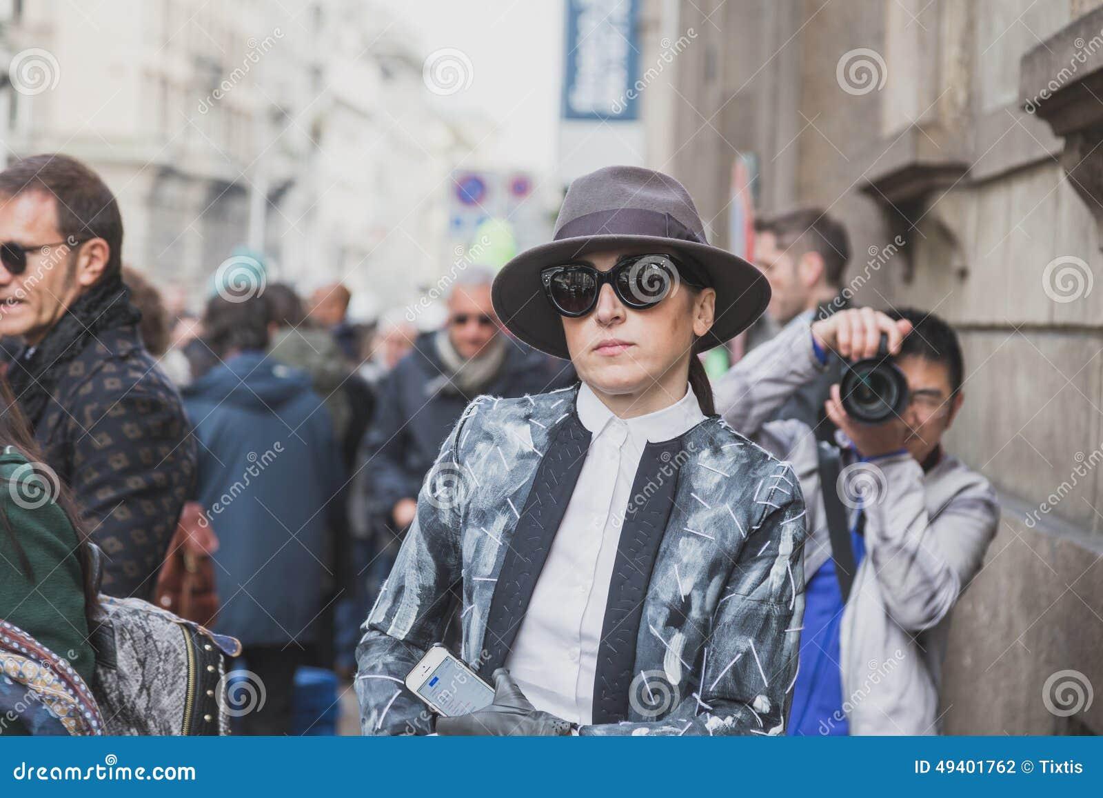 Download Leute Außerhalb Des Cavalli-Modeschaugebäudes Für Milan Mens Mode-Woche 2015 Redaktionelles Stockfotografie - Bild von kleidung, außen: 49401762