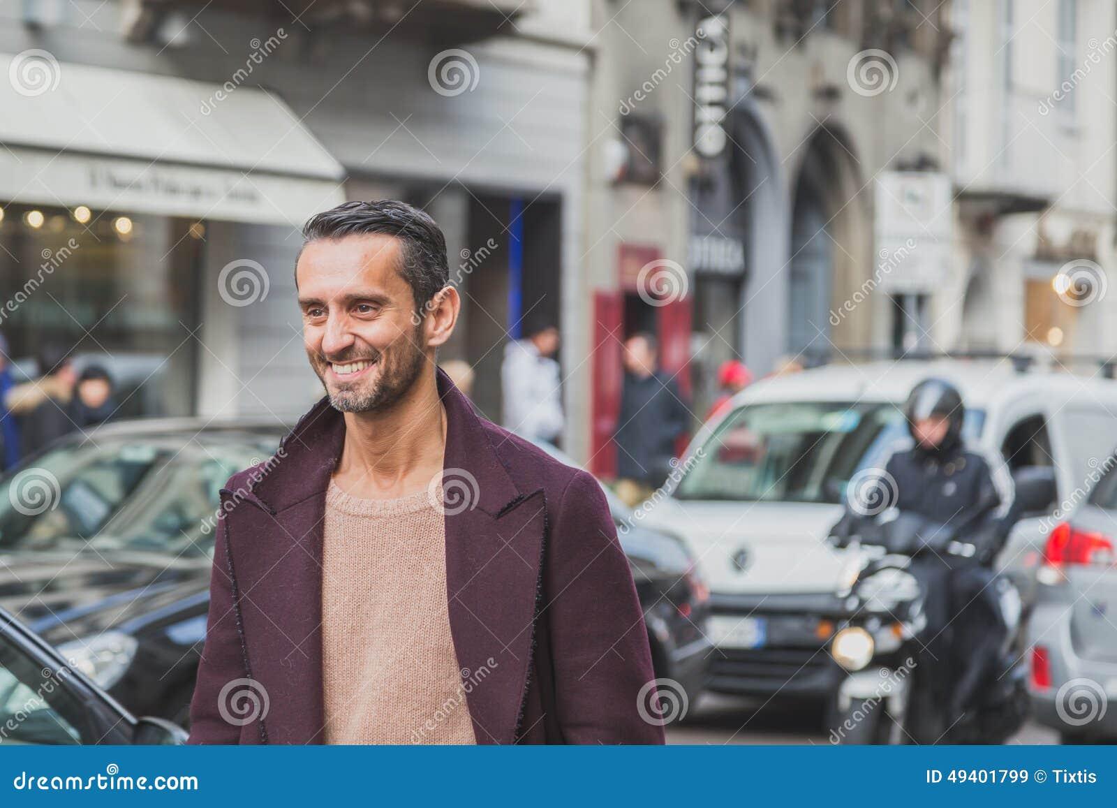 Download Leute Außerhalb Des Cavalli-Modeschaugebäudes Für Milan Mens Mode-Woche 2015 Redaktionelles Stockbild - Bild von draußen, italien: 49401799
