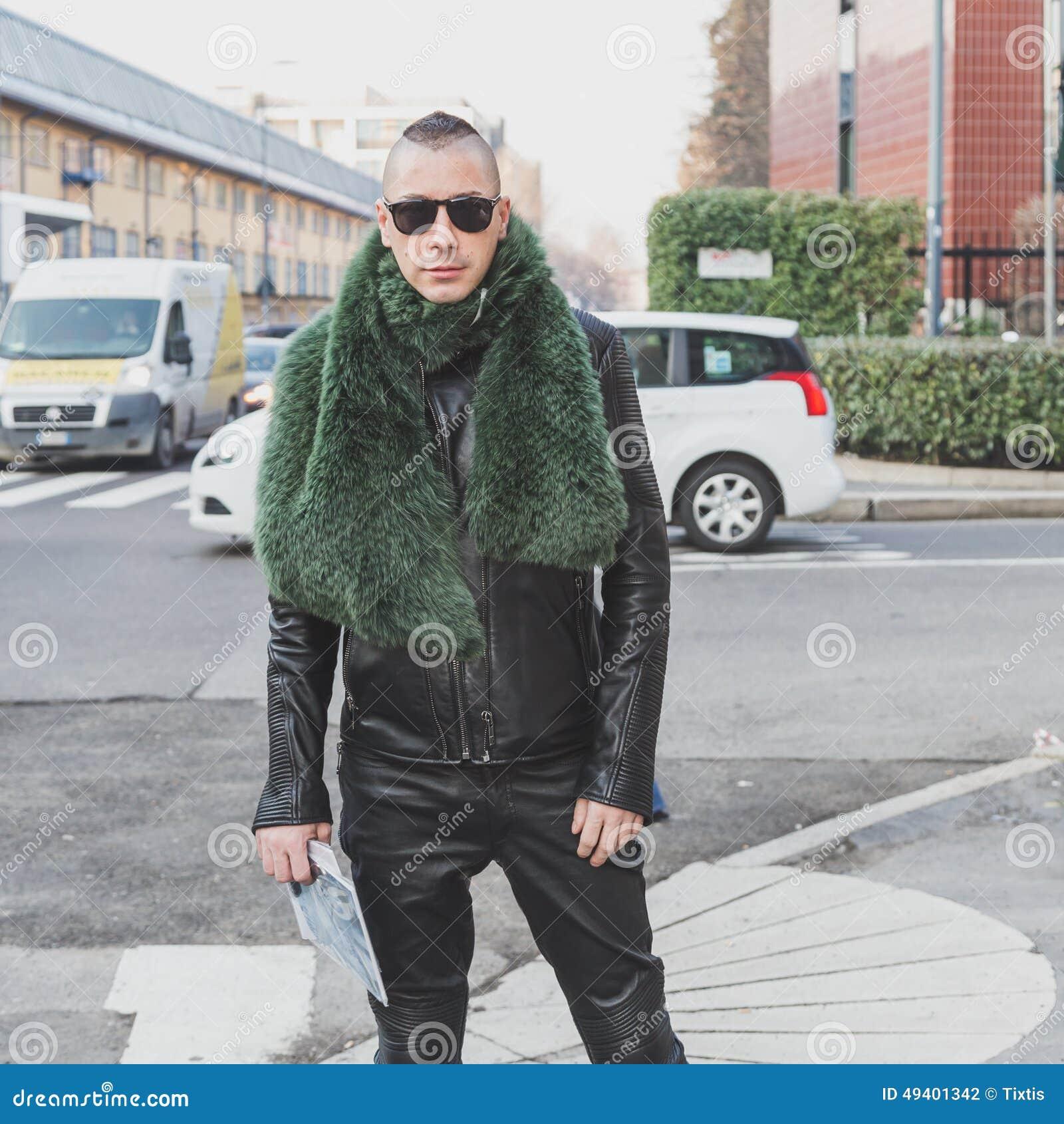 Download Leute Außerhalb Des Dirk Bikkembergs-Modeschaugebäudes Für Milan Mens Mode-Woche 2015 Redaktionelles Stockfotografie - Bild von ausstattung, kleid: 49401342