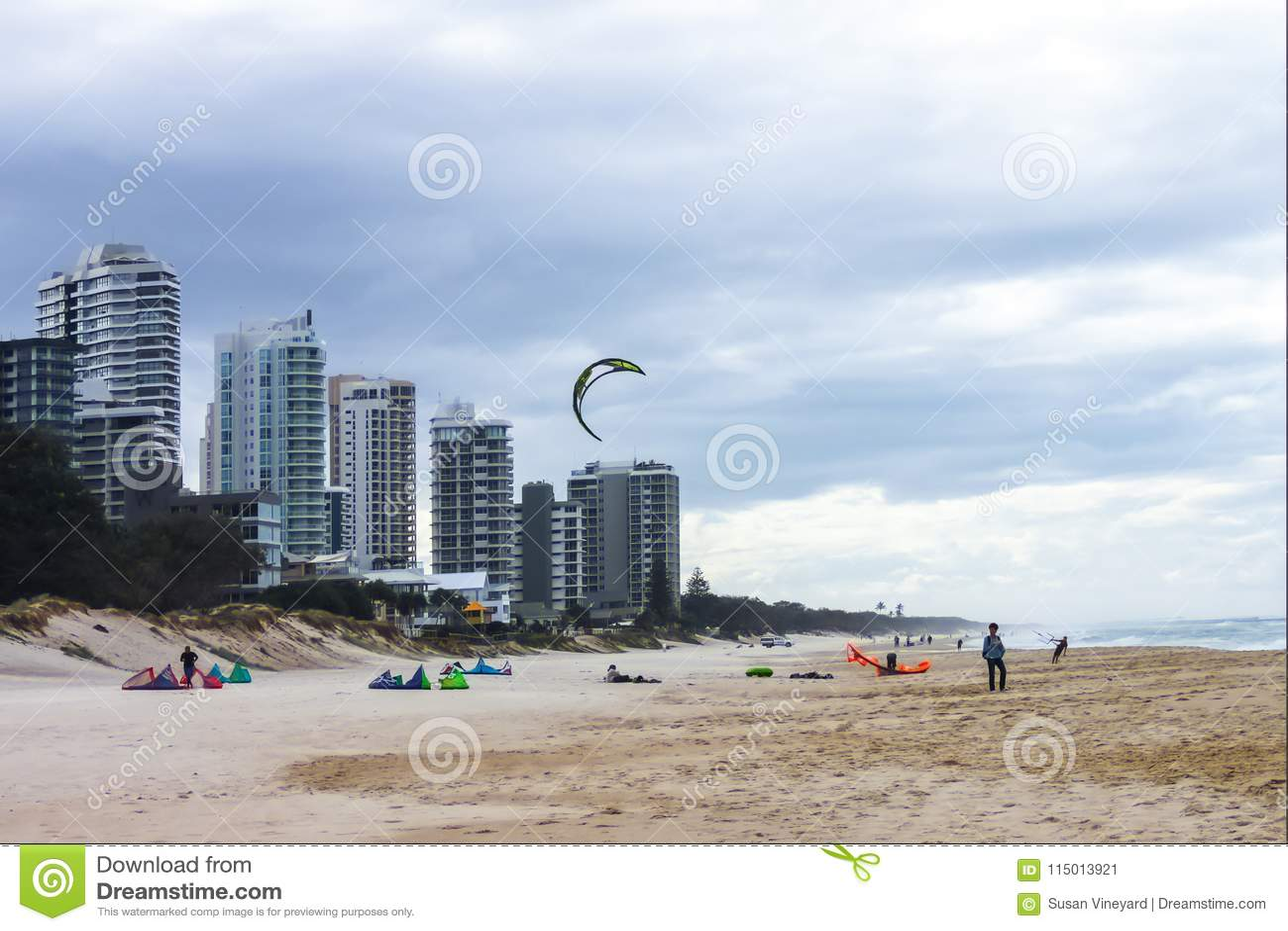 Leute auf dem Strand am Sturmtag bereit an Drachenbrandung mit einem Drachen im luft- das Gold Coast Queensland Australien gelang