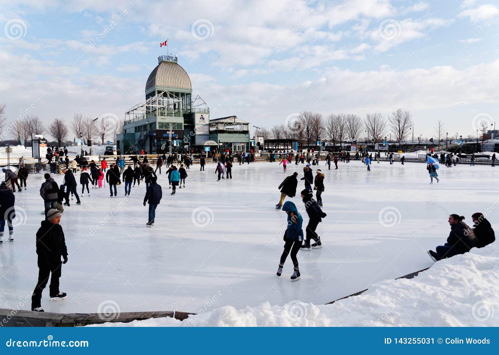 Leute auf der Eisbahn Bassin Bonsecours in Montreal