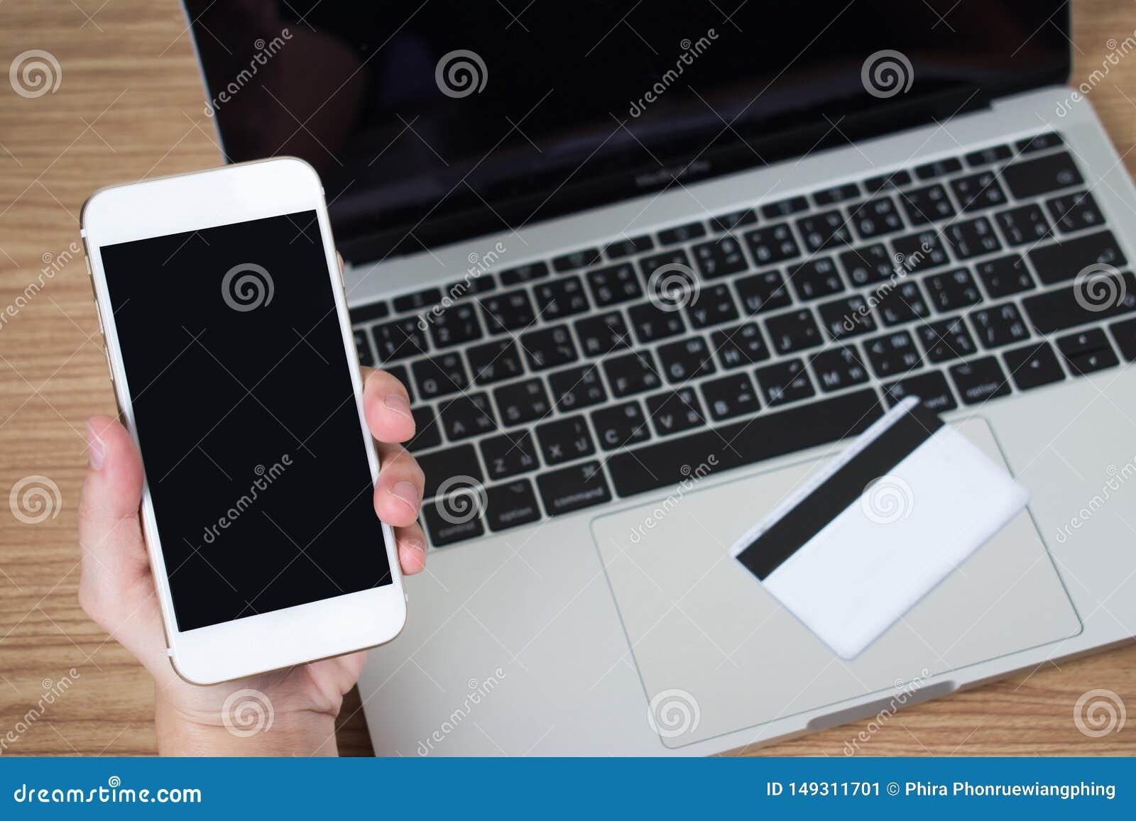 Leute benutzen Smartphones, um ?ber Kreditkarten zu zahlen Schwarzer Bildschirm Feder, Brillen und Diagramme