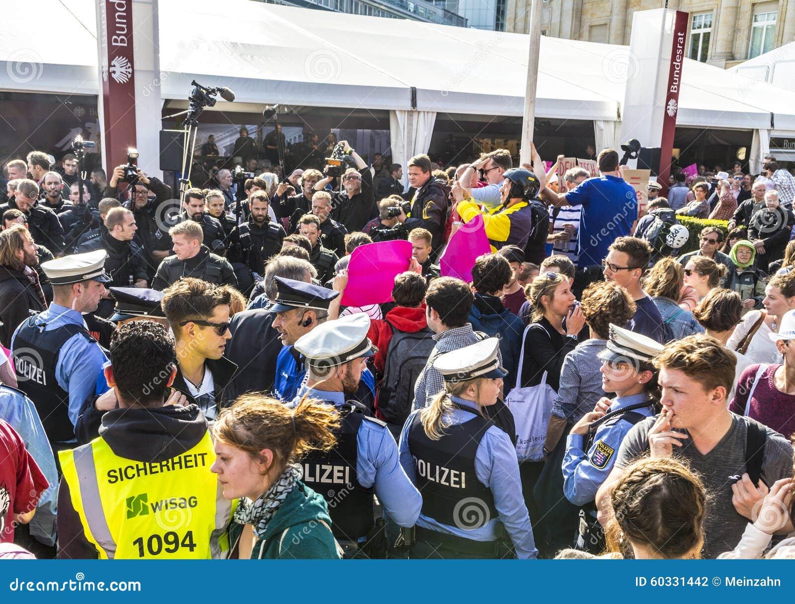 Leute Demonstrieren Gegen Die Feier Des 25 Tages Des Deutschen