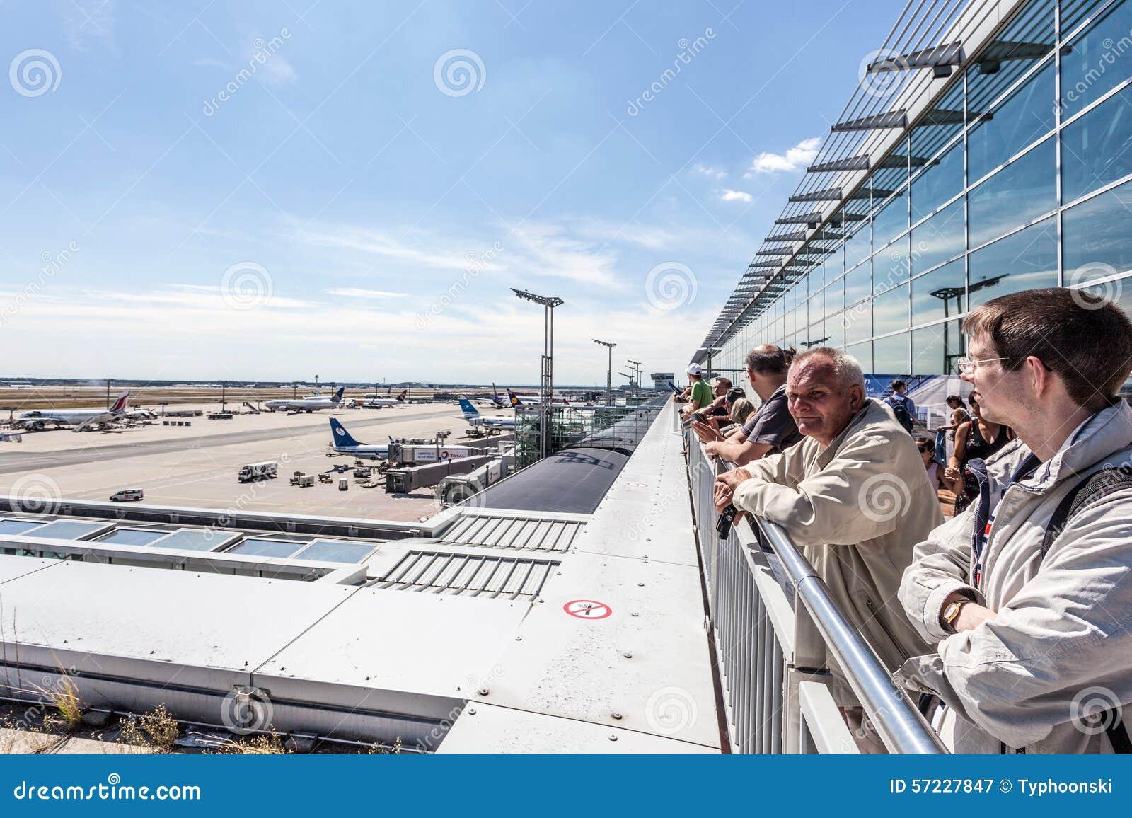 Leute An Der Besucher Terrasse In Frankfurt Flughafen Redaktionelles