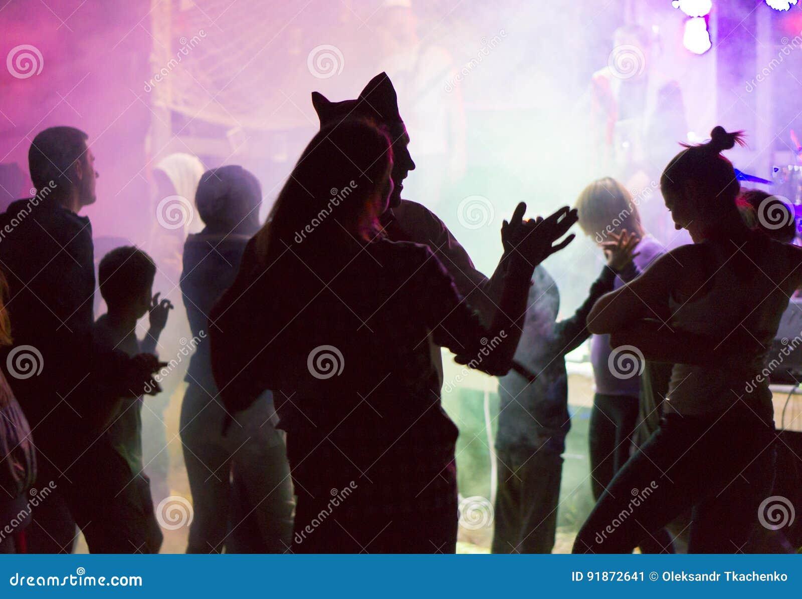 Leute an der Freilichtpartei Spaß tanzen, trinkend und habend