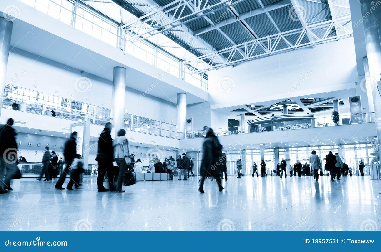 Leute in der modernen Geschäftszentrumhalle